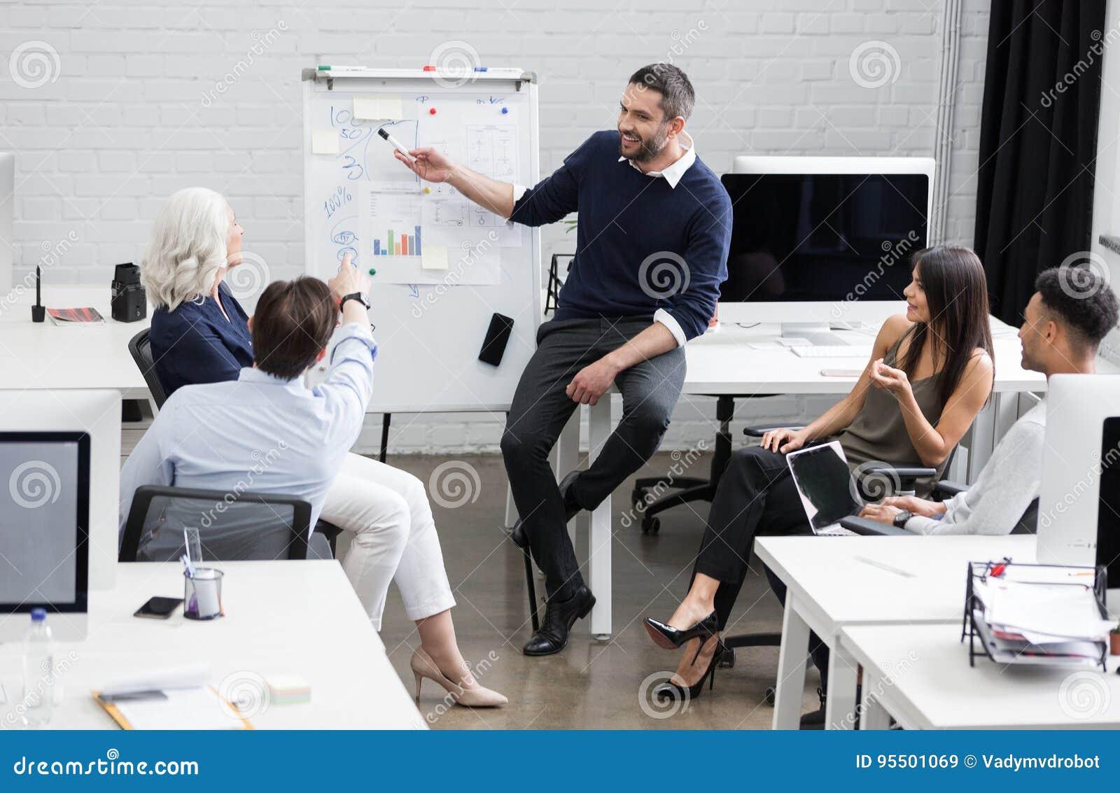 Commerciële vergadering of een presentatie in moderne conferentieruimte