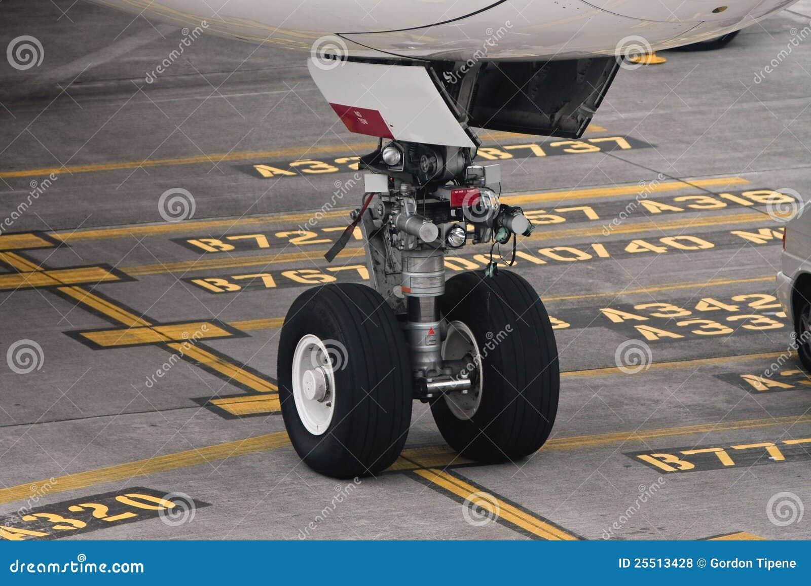 Commercieel lijnvliegtuiglandingsgestel op tarmac