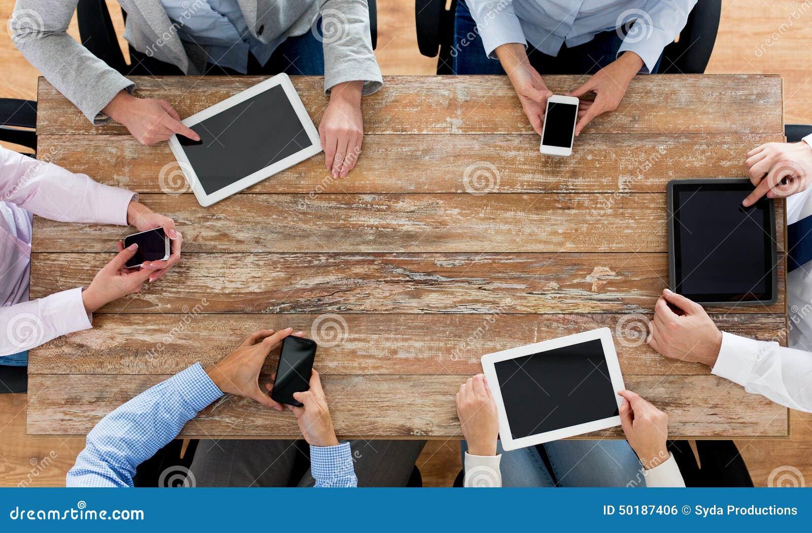 Commercieel team met smartphones en tabletpc