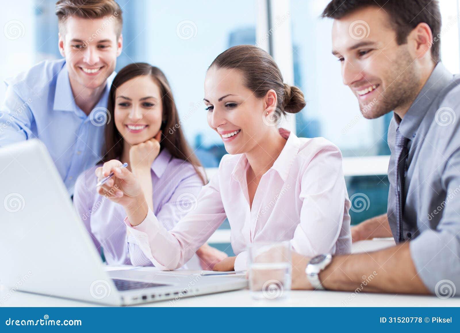 Commercieel team op het kantoor