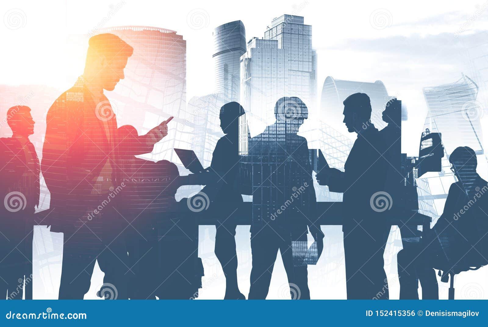 Commercieel team in stad, mededeling