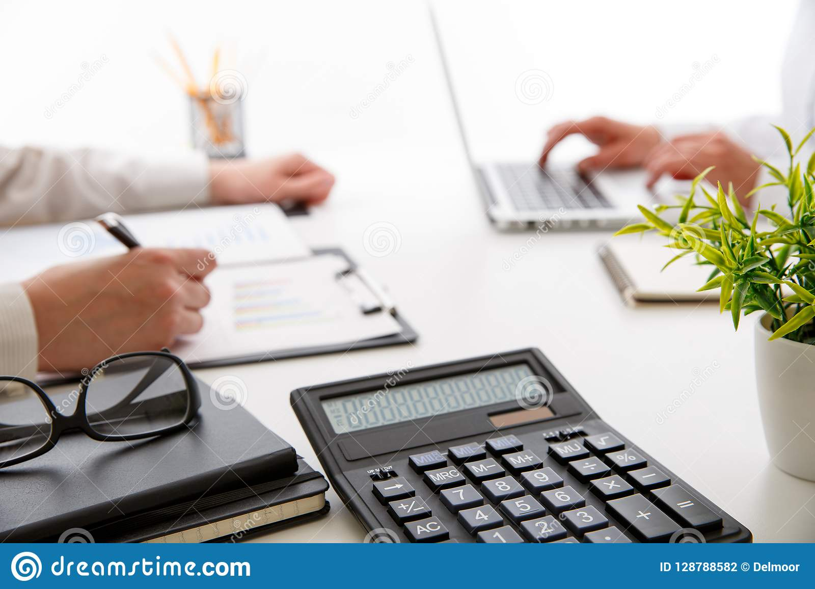 Commercieel team twee collega s die nieuwe plan financiële grafiek bespreken