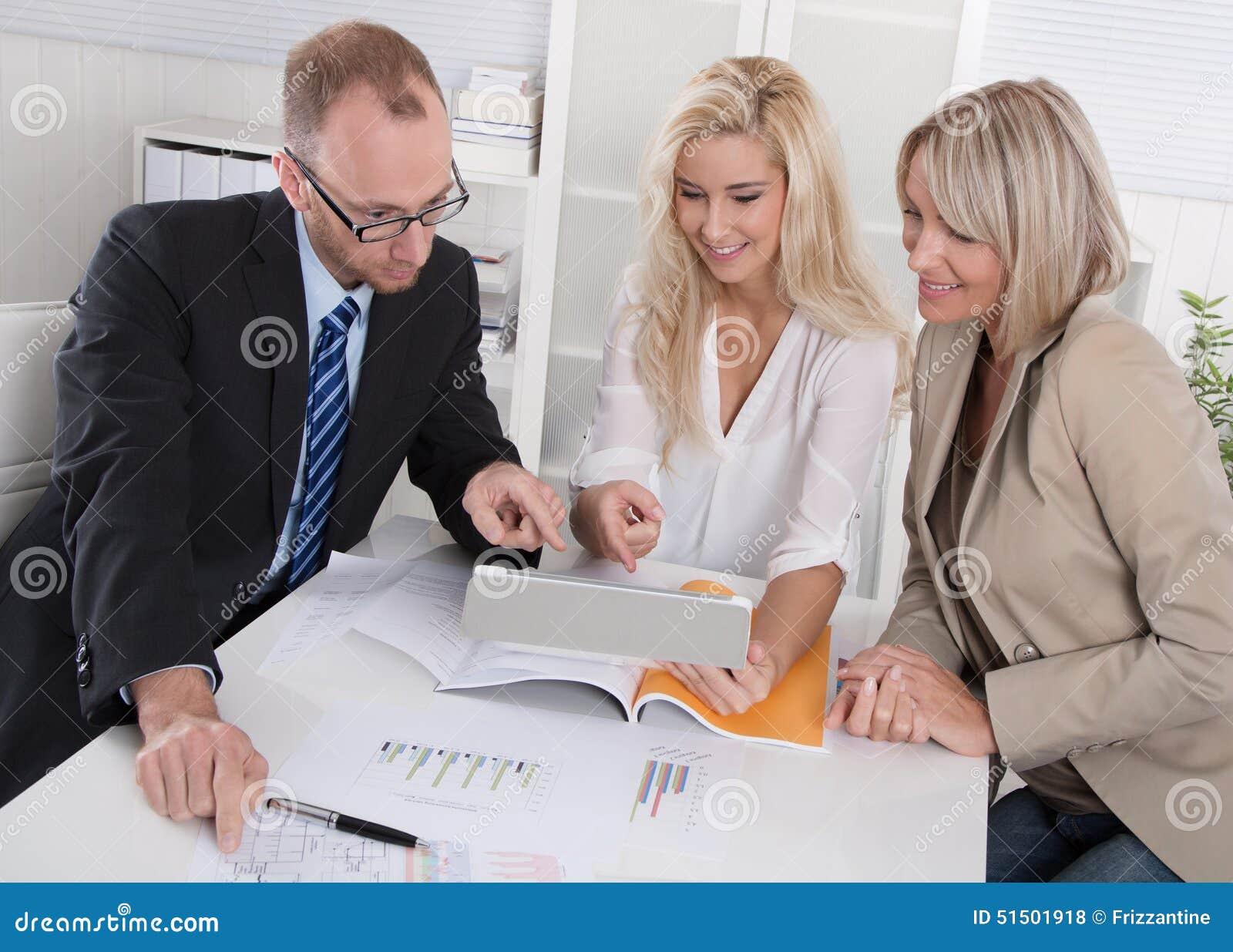 Commercieel team van man en vrouwenzitting rond bureau in een vergadering