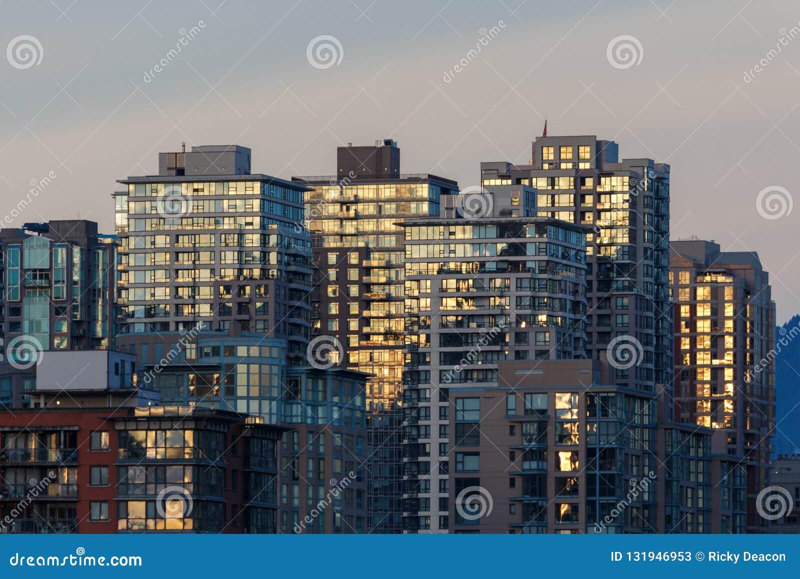 Commmercial moderno y altos edificios residenciales de la subida