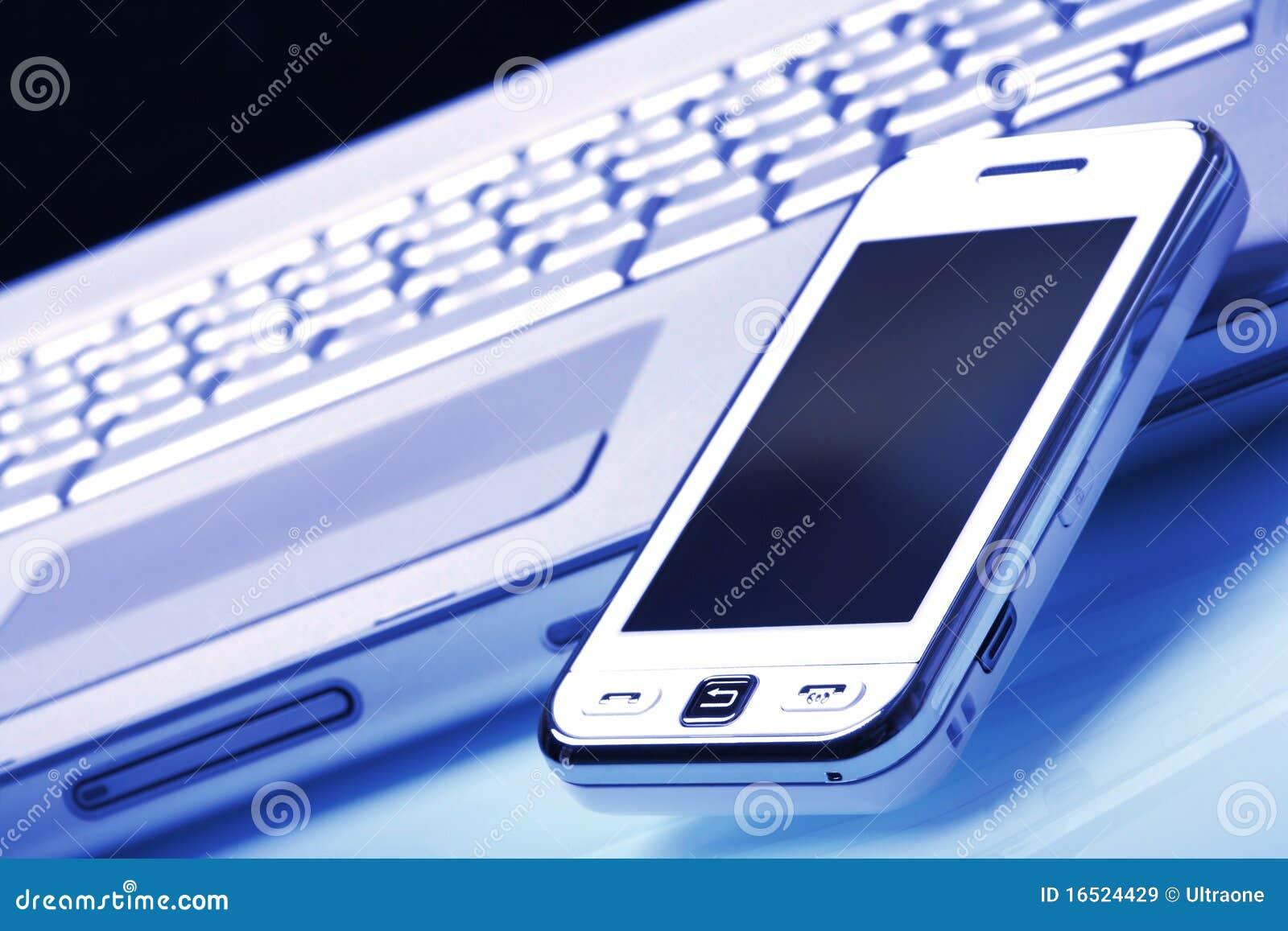 Communicateur blanc sur l ordinateur portatif argenté. Teinte bleue.