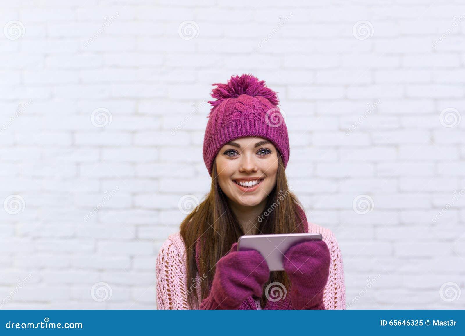 Communication attrayante de message textuel d adolescente utilisant le téléphone intelligent de cellules