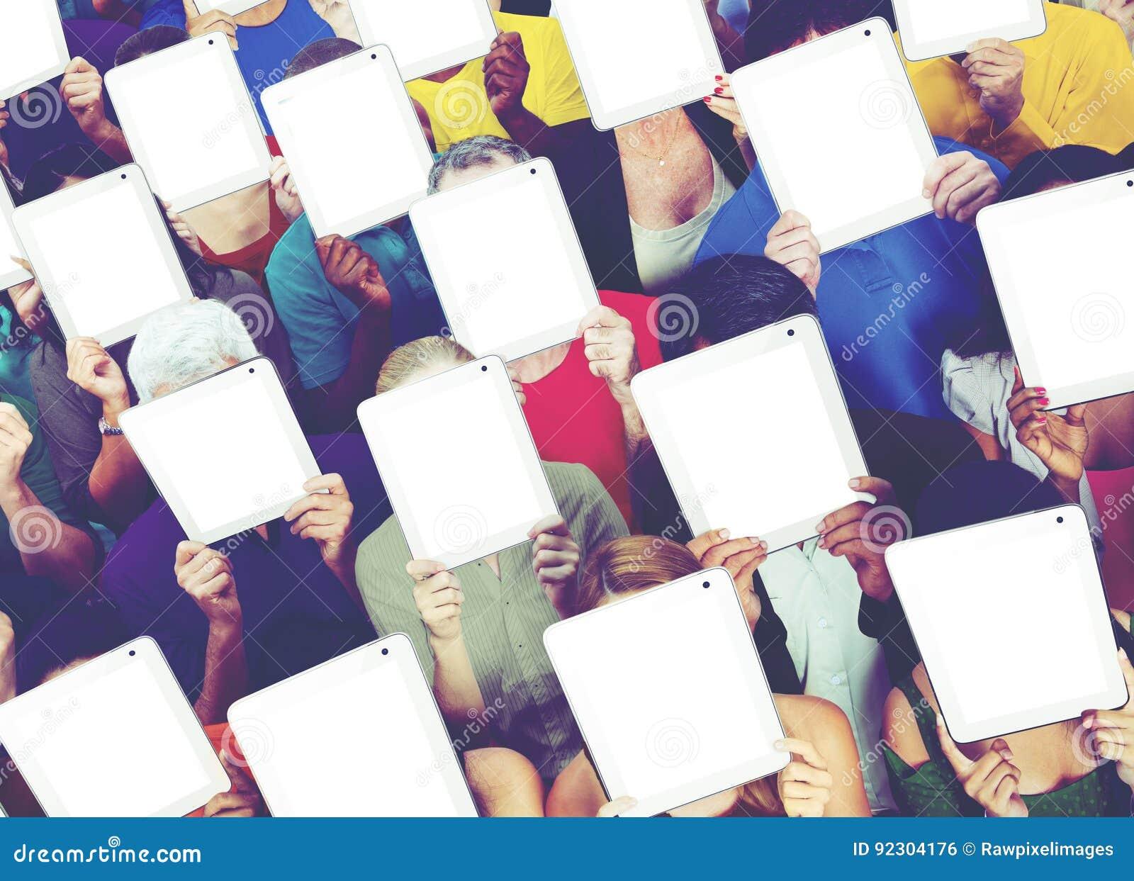 Communication sociale de mise en réseau de media de Tablette de Digital de personnes concentrée