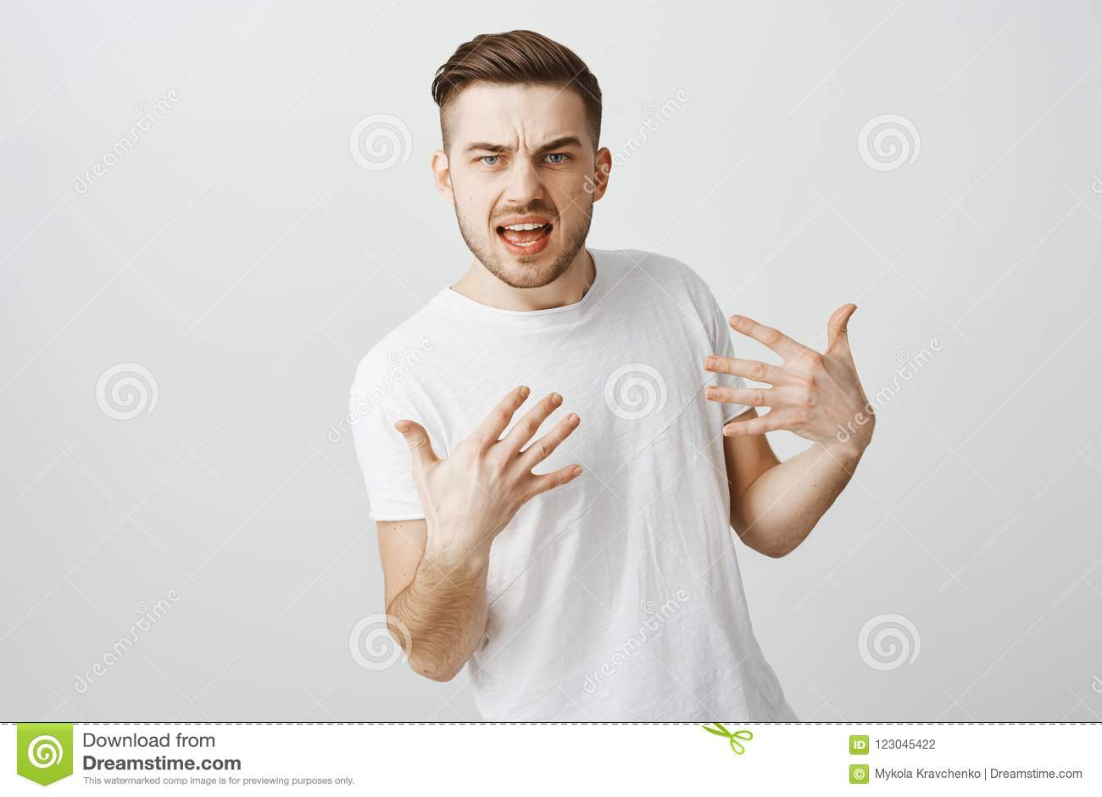 Como pode você me rejeitar Indivíduo fresco arrogante e desagradável intenso com a barba no t-shirt ocasional branco que gesticul