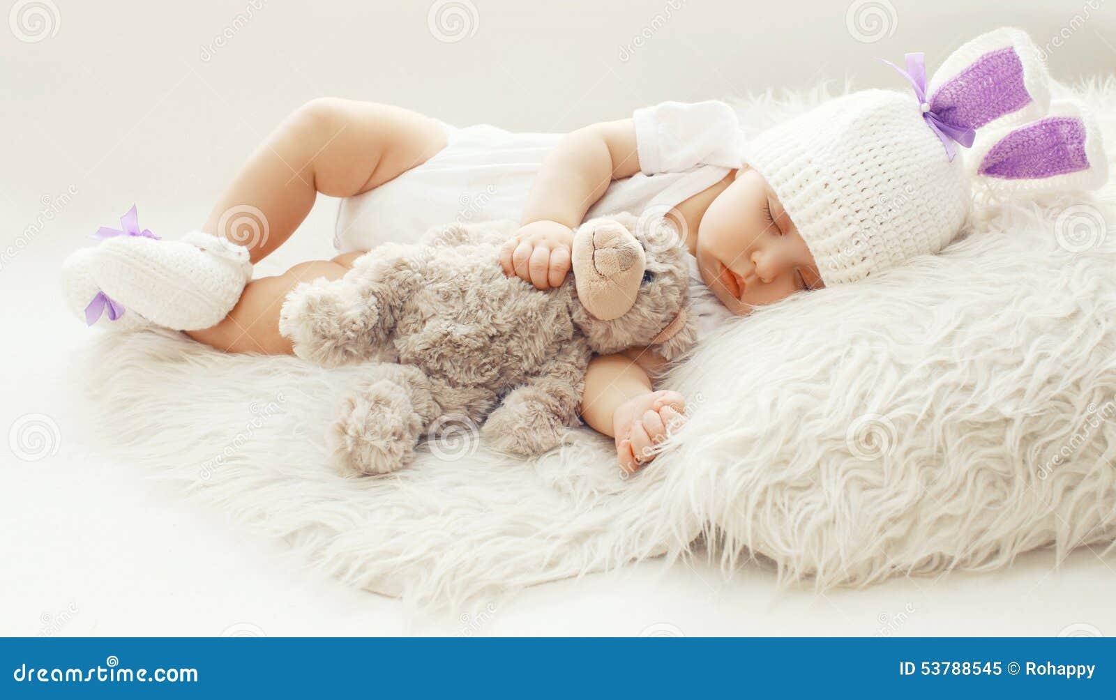 Comodidad Del Bebé! Niño Dulce En Casa Que Duerme Con El Oso De ...