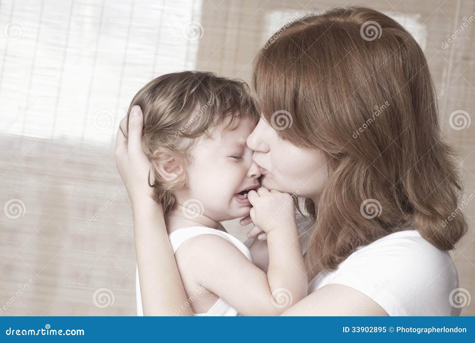Comodità della madre che gridano neonata