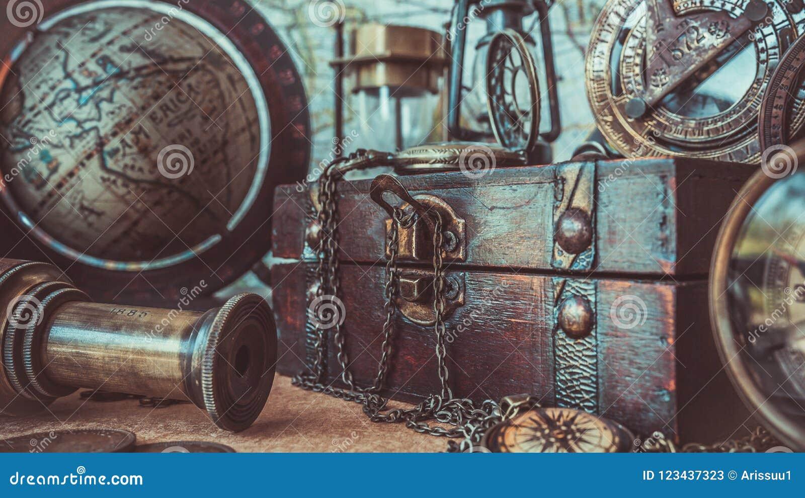 Compás antiguo, collar del reloj, telescopio, caja de madera y globo Pirate Collection Photos modelo del tesoro
