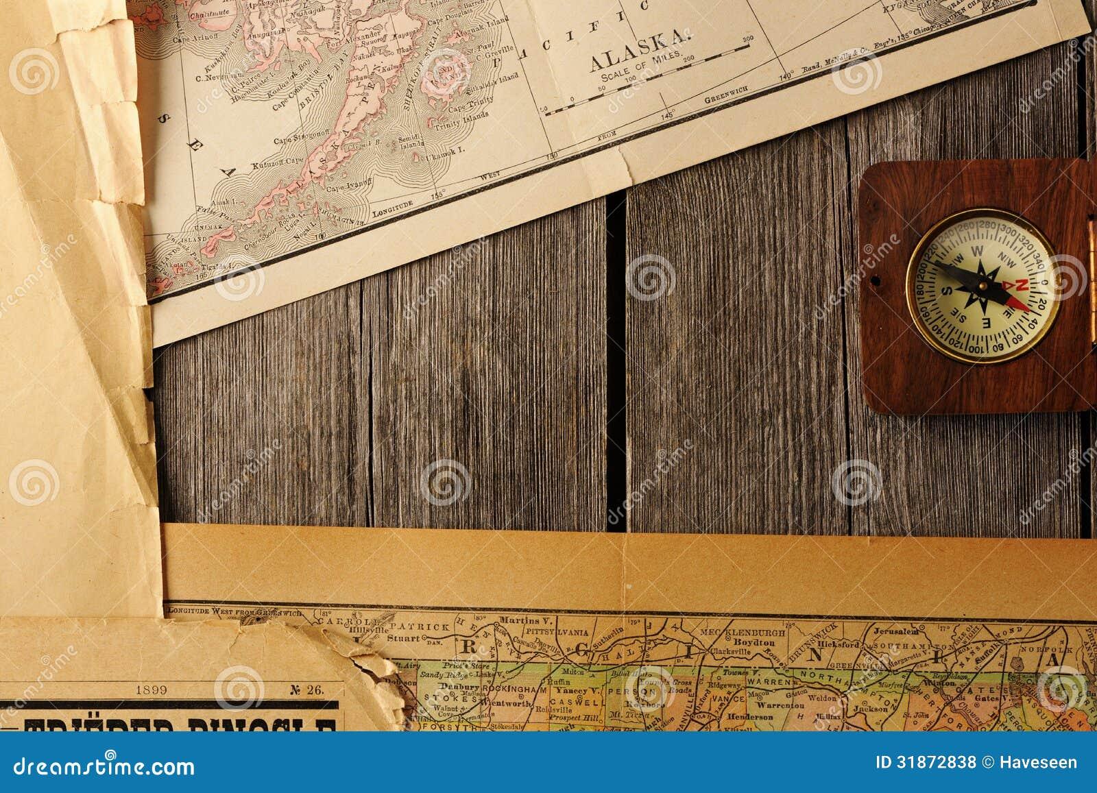 Compás antiguo sobre mapa viejo