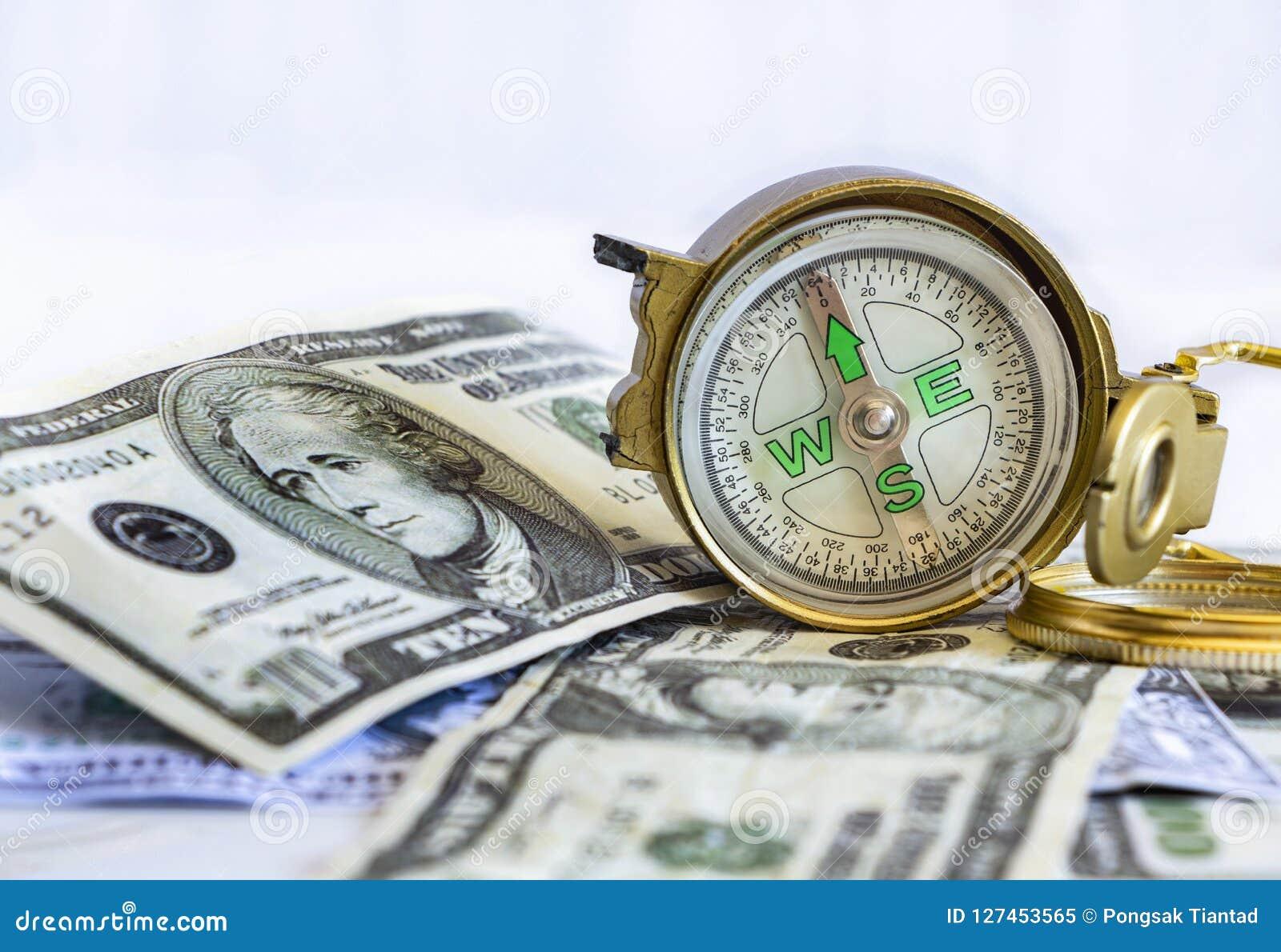 Compás defectuoso puesto en los billetes de banco del dólar de Estados Unidos