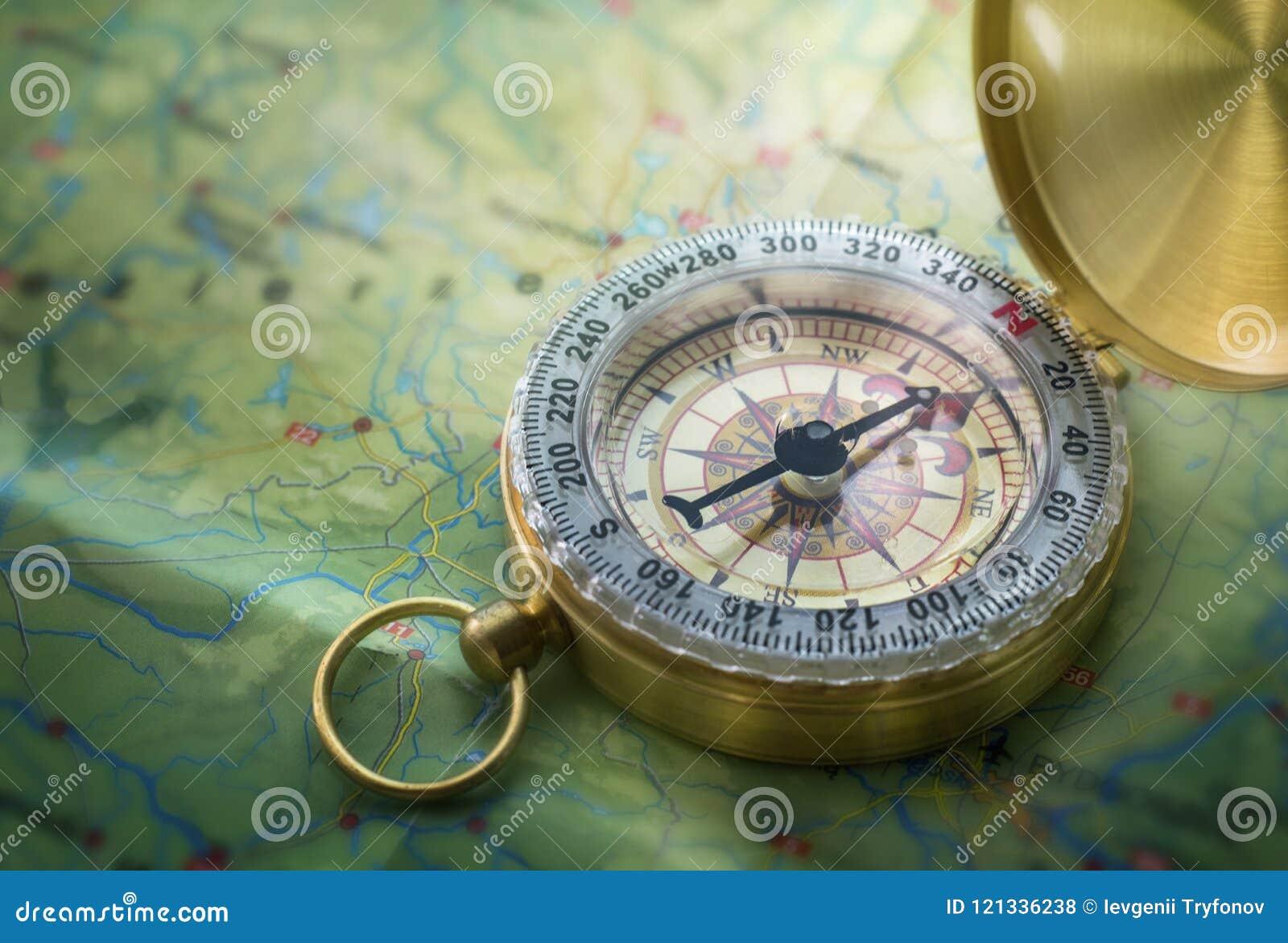 Compás magnético en mapa del mundo Viaje, geografía, navegación, tou