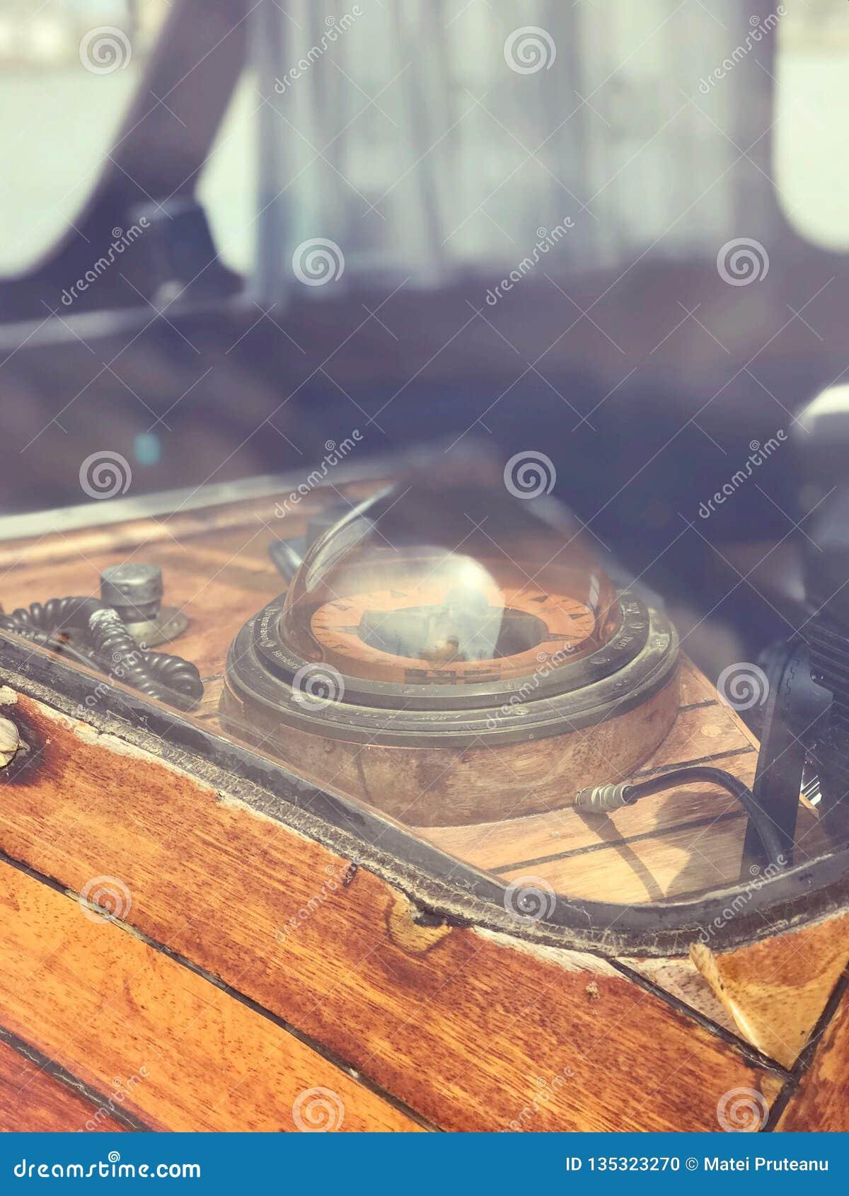 Compás nostálgico antiguo de la nave