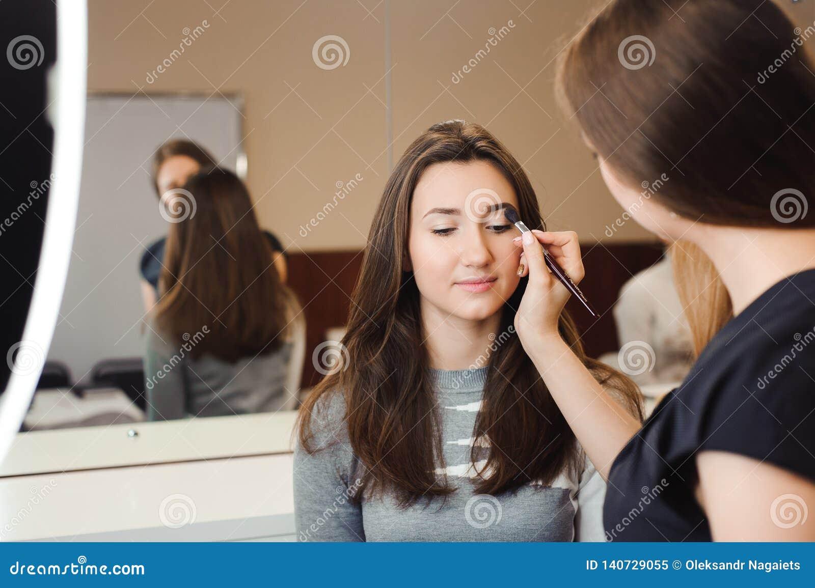 Compõe o artista que faz o profissional para compor da jovem mulher Escola da beleza