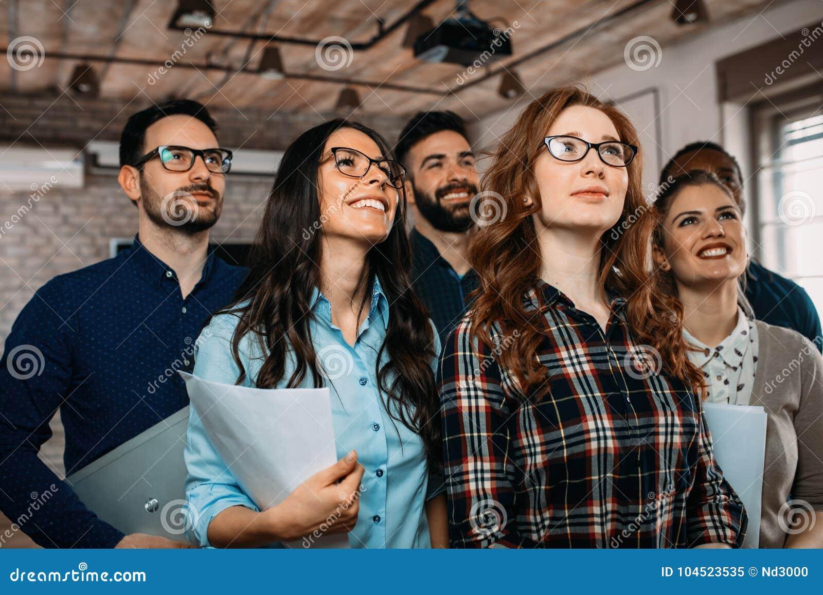 Compañía acertada con los trabajadores felices