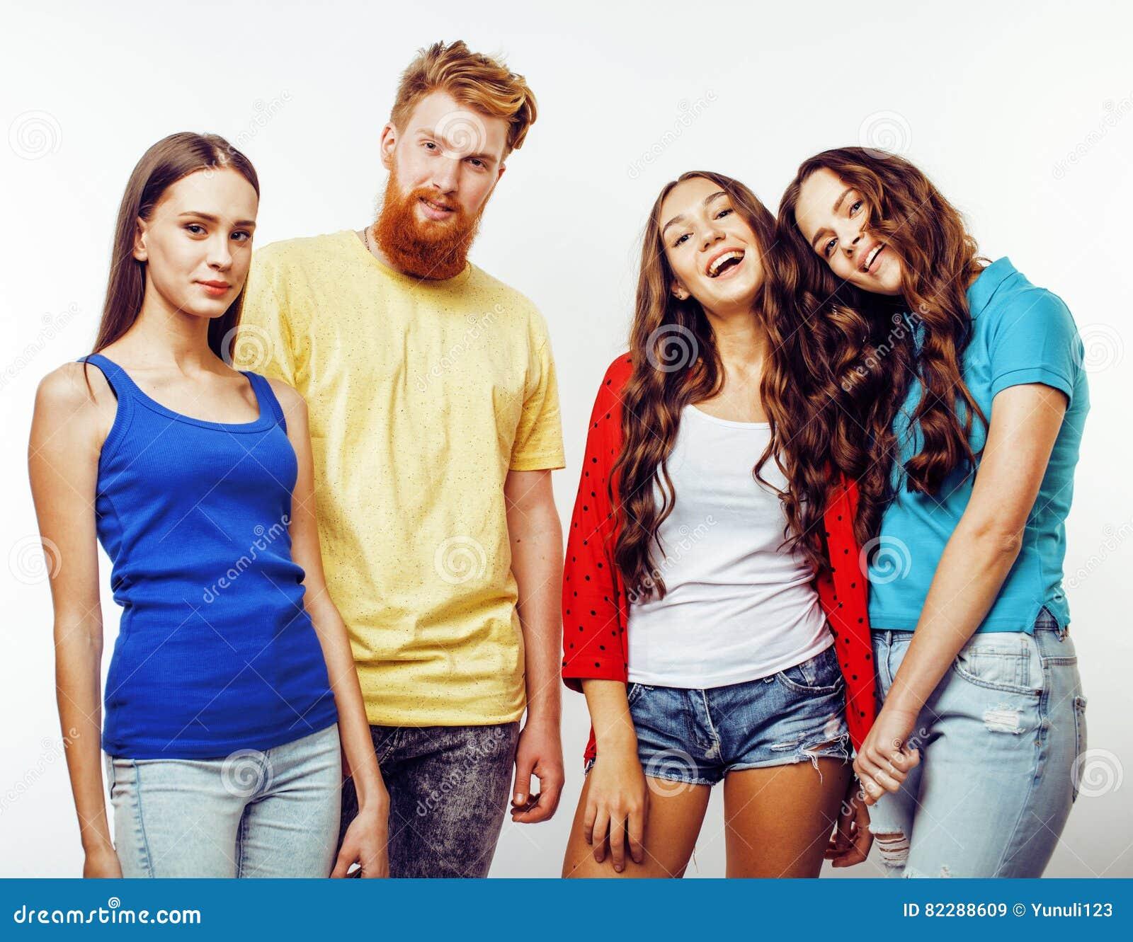 Compañía de los individuos del inconformista, del muchacho rojo barbudo del pelo y de las estudiantes teniendo amigos de la diver