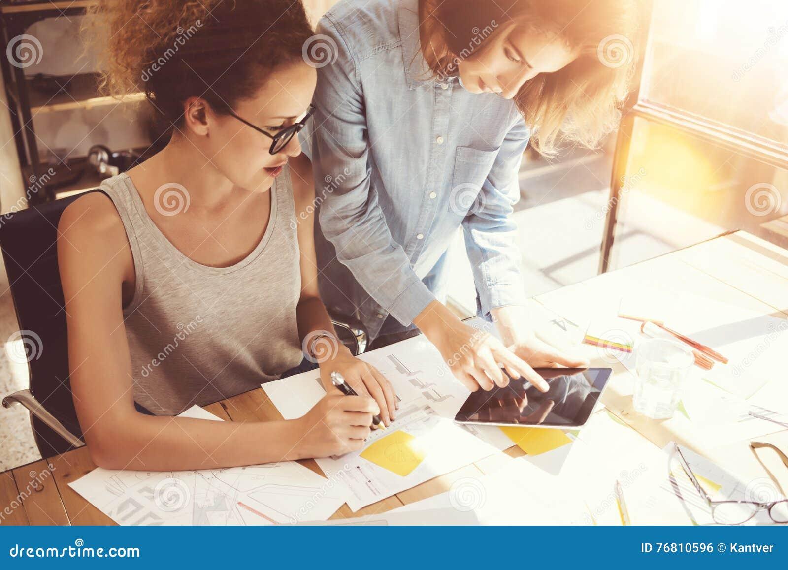 Compañeros de trabajo de la mujer que toman grandes decisiones económicas Oficina de comercialización joven de Team Discussion Co