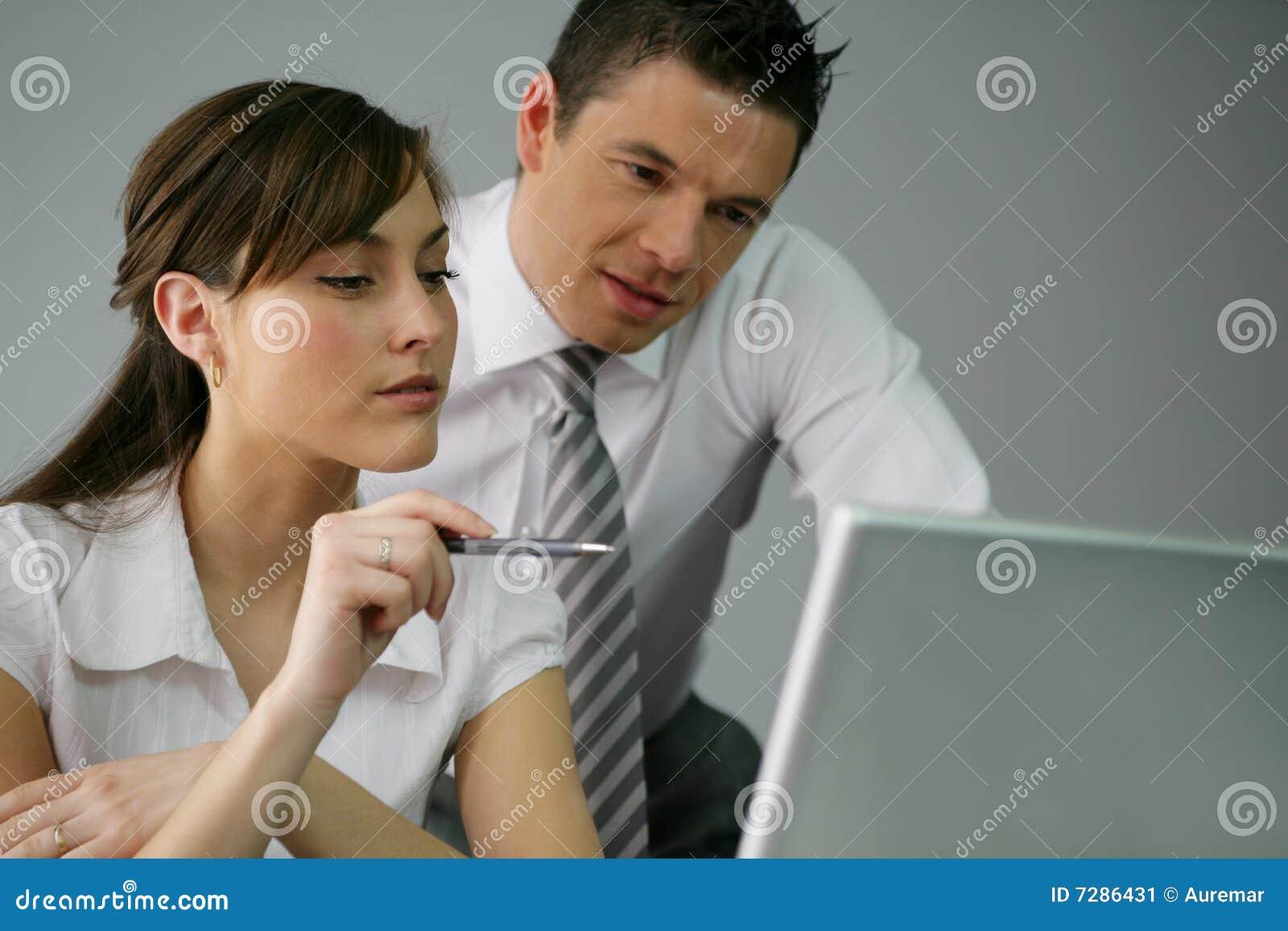 Compañeros de trabajo en la oficina