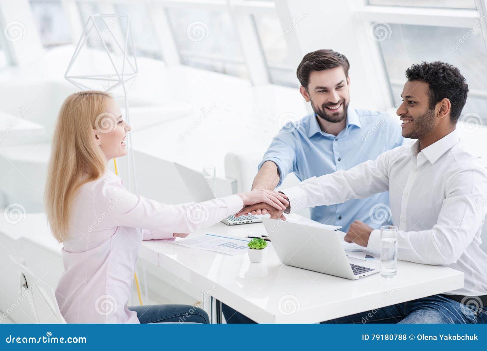 Compañeros de trabajo jovenes que tienen sesión de la reunión de reflexión en oficina moderna