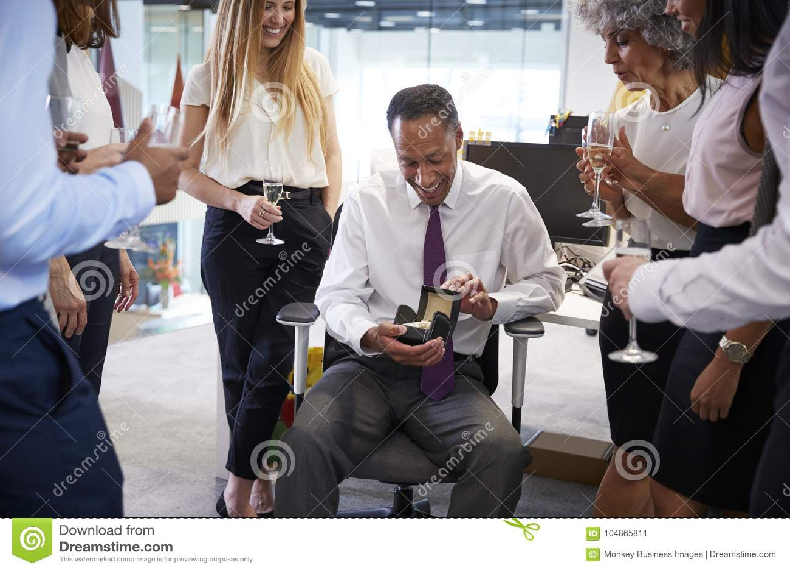Compañeros de trabajo que celebran un retiro del ½ s del ¿del colleagueï en la oficina