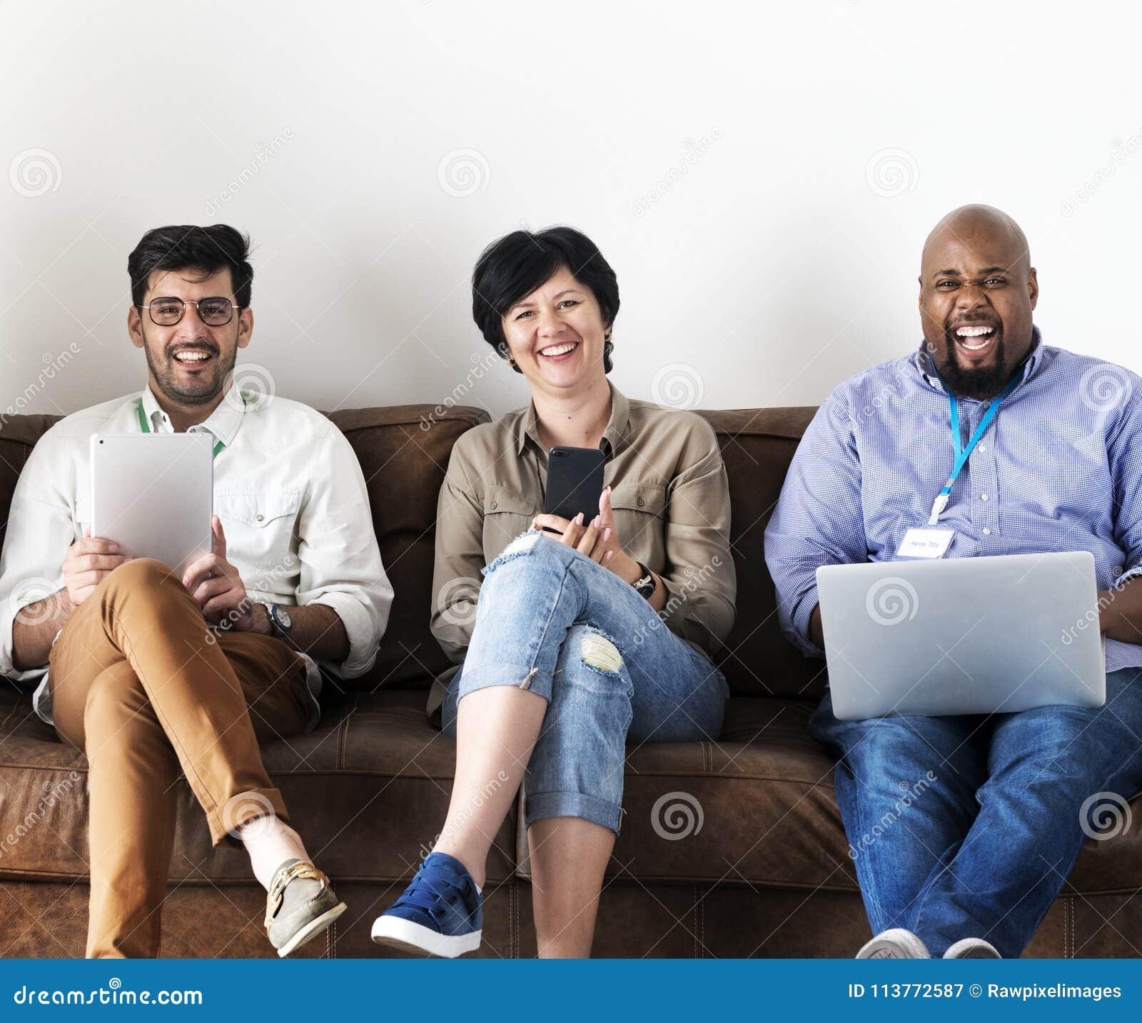 Compañeros de trabajo que trabajan junto en la oficina