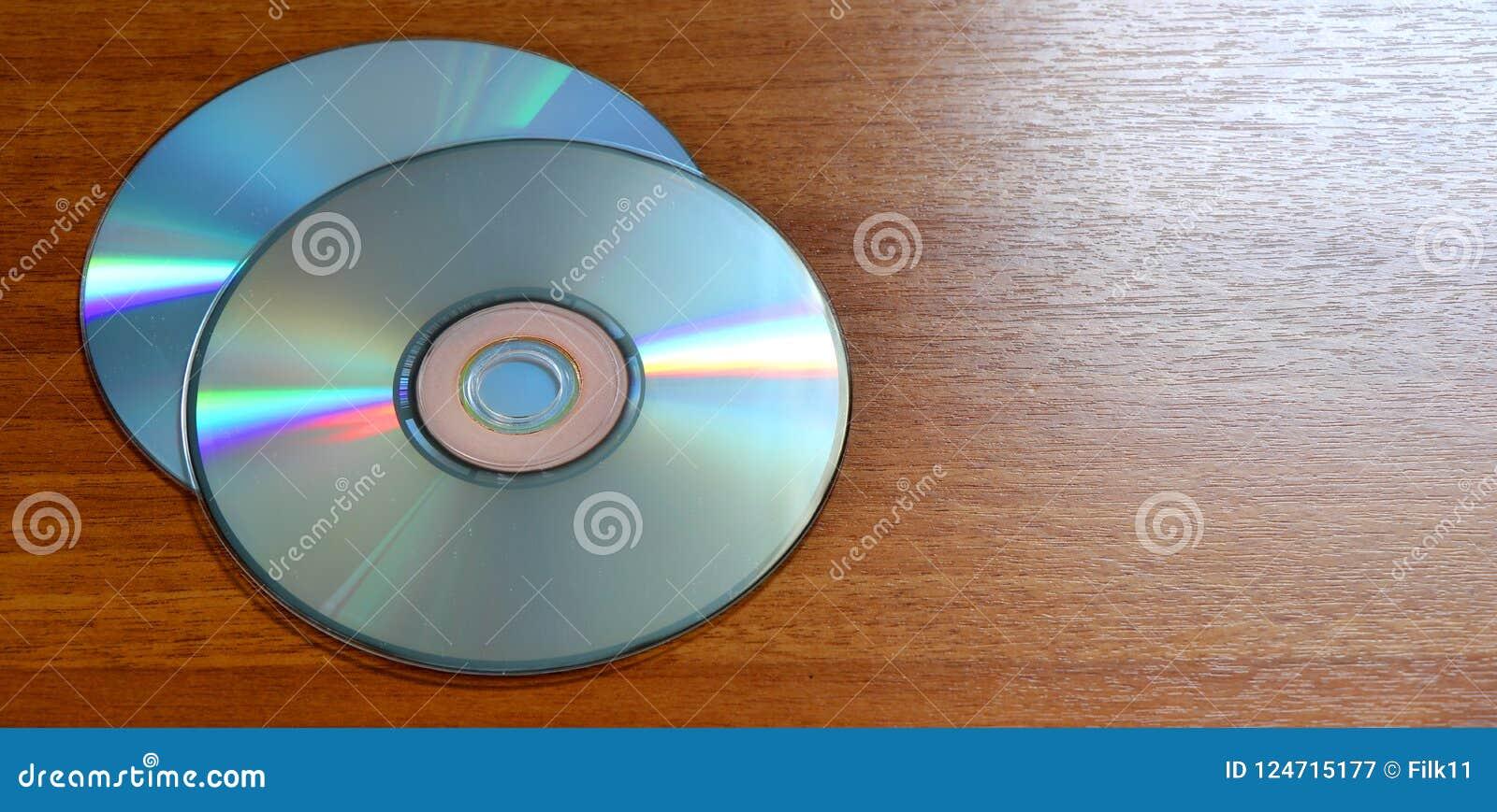 Compacts disc em um fundo de madeira CD a bordo feito da madeira