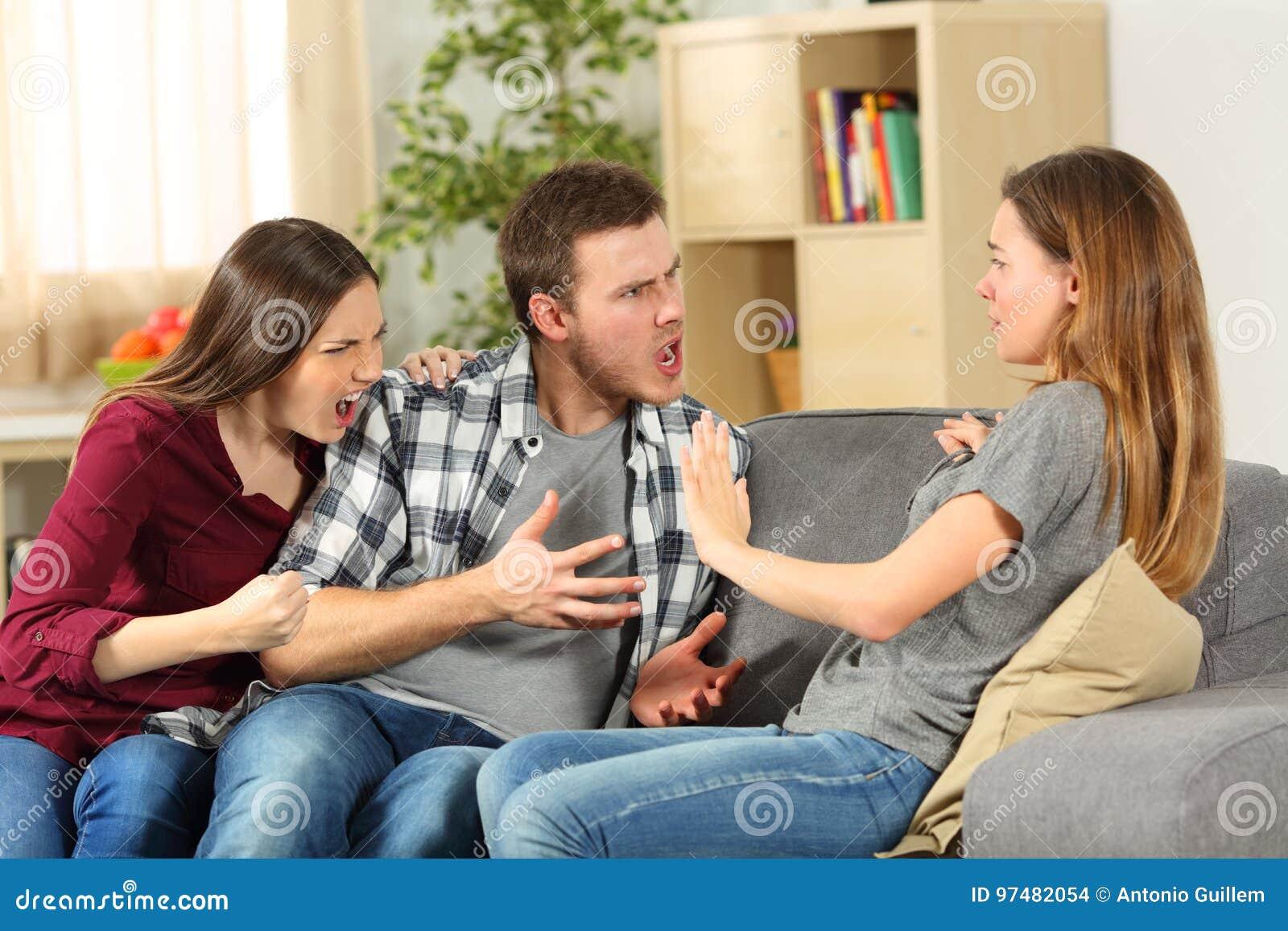 Compagni di camera che discutono e che gridano a casa
