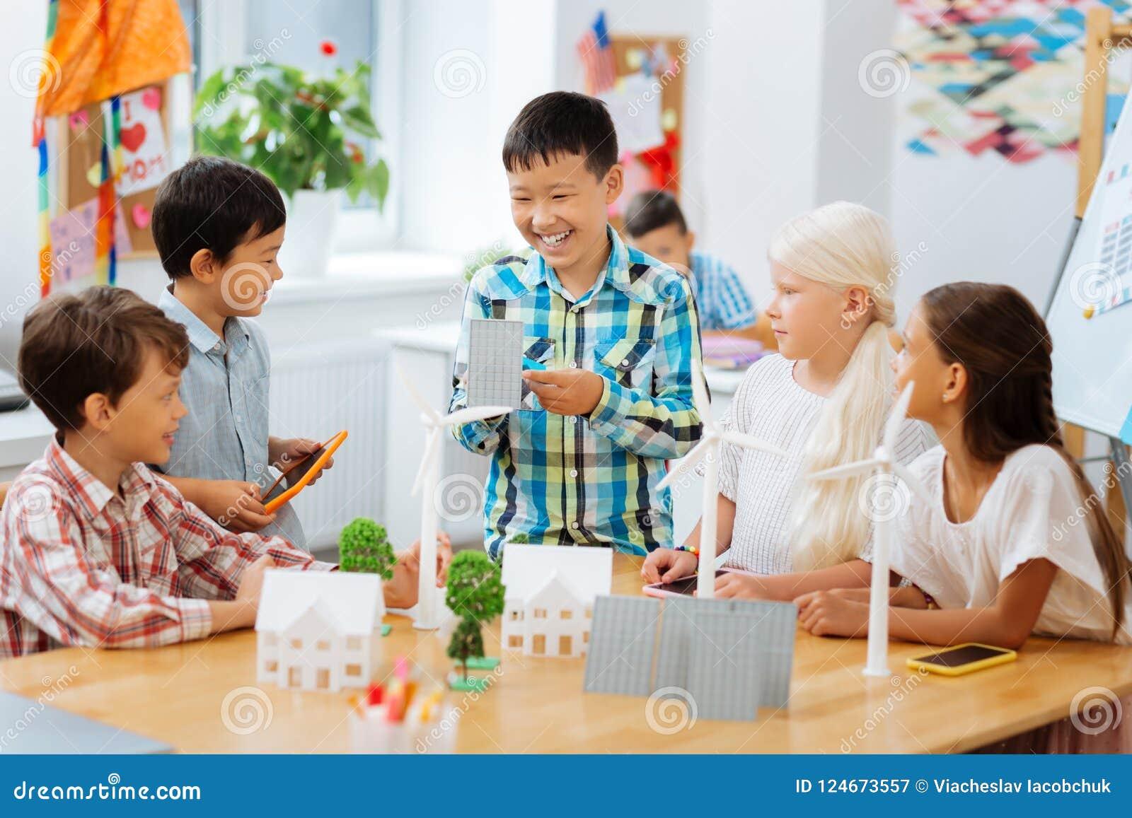 Compagni di classe sorridenti divertendosi insieme alla scuola