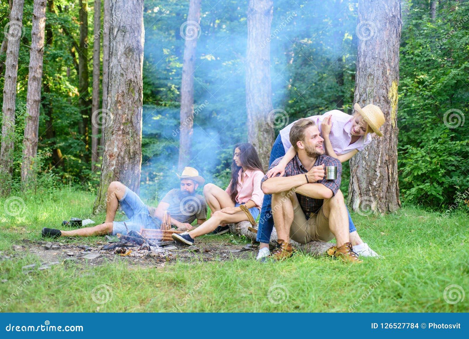 Compagno del ritrovamento da viaggiare e fare un escursione Le coppie o le famiglie degli amici della società godono di di rilass