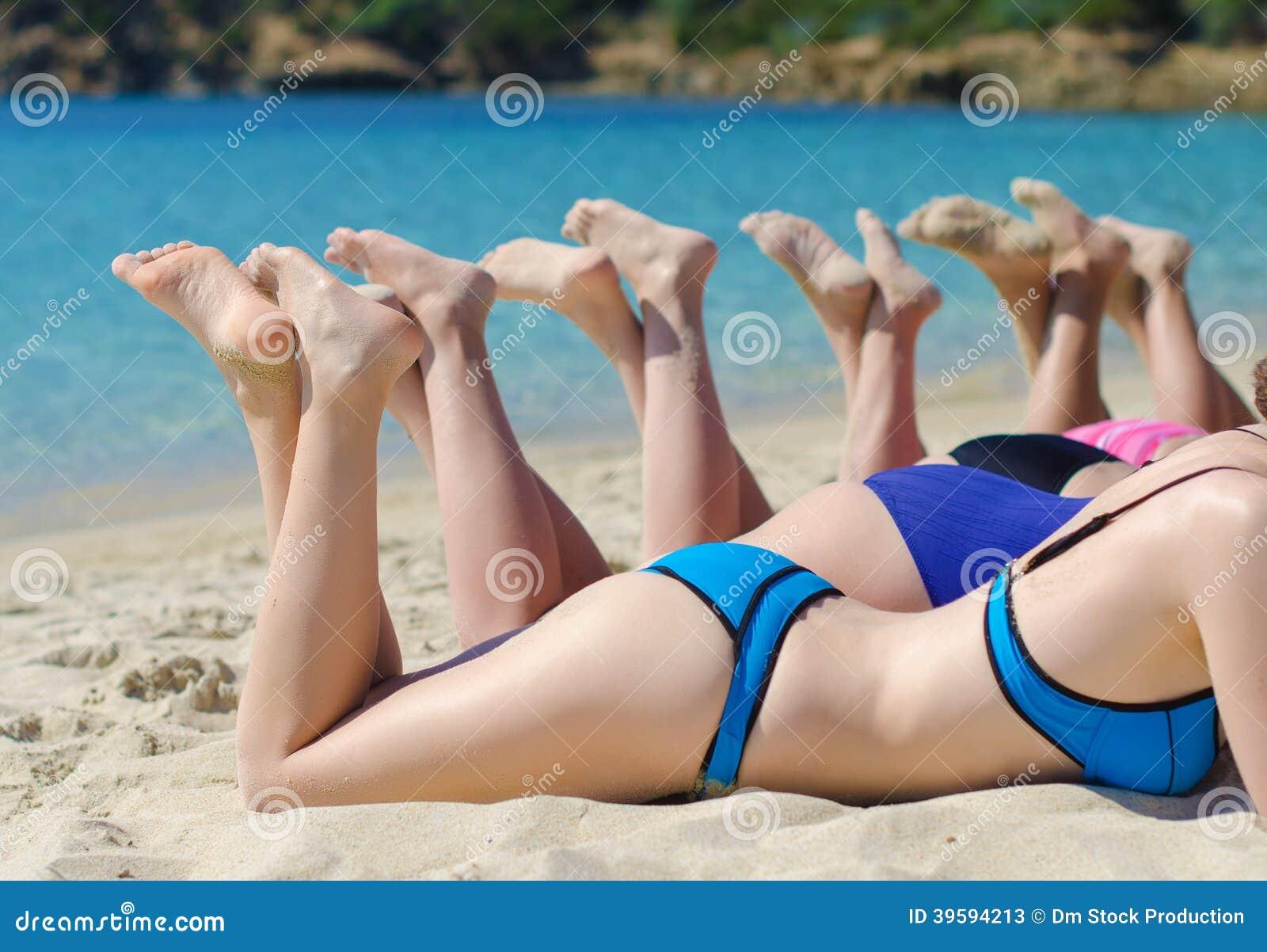 Смотреть раздевалку на пляже, Сборник скрытой камеры в женской раздевалке на пляже 27 фотография