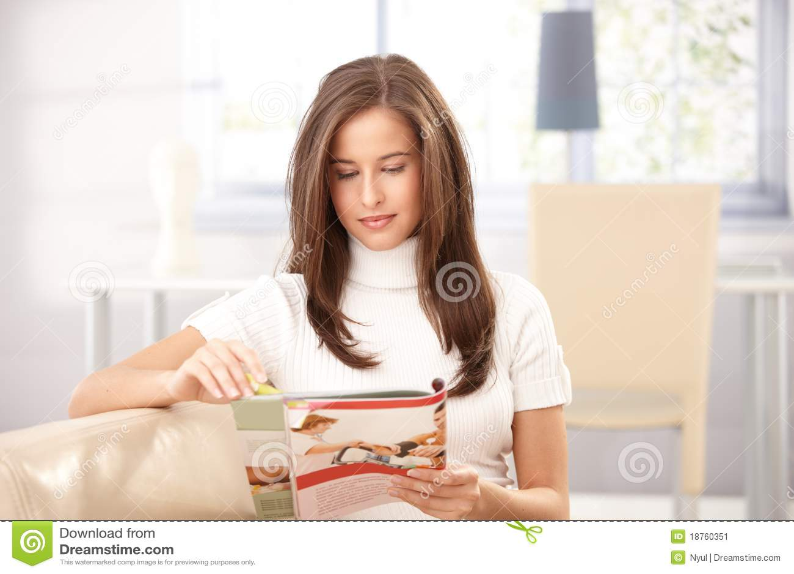 Compartimento da leitura da mulher em casa