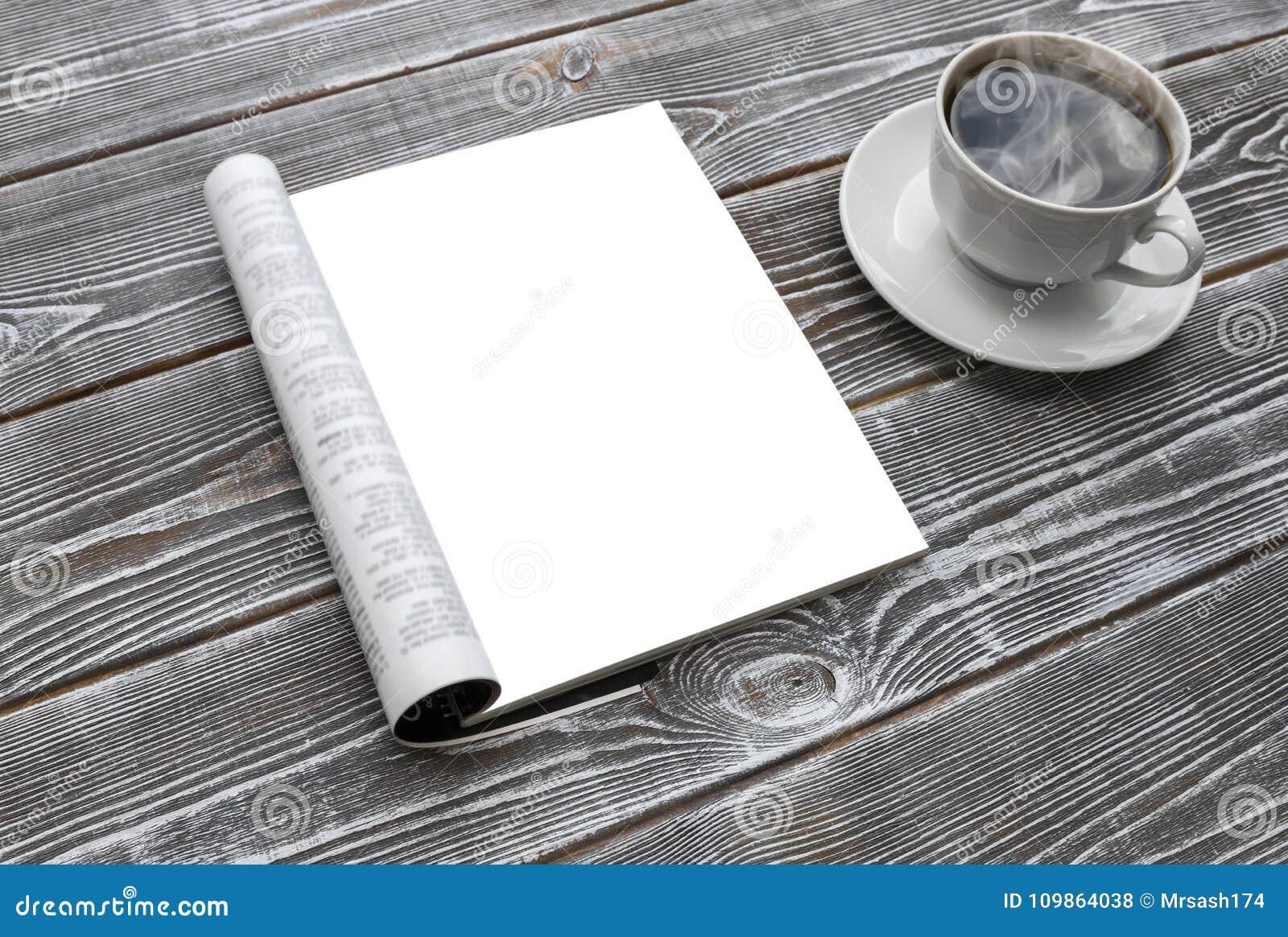 Compartimento do modelo na tabela de madeira Um copo do café quente
