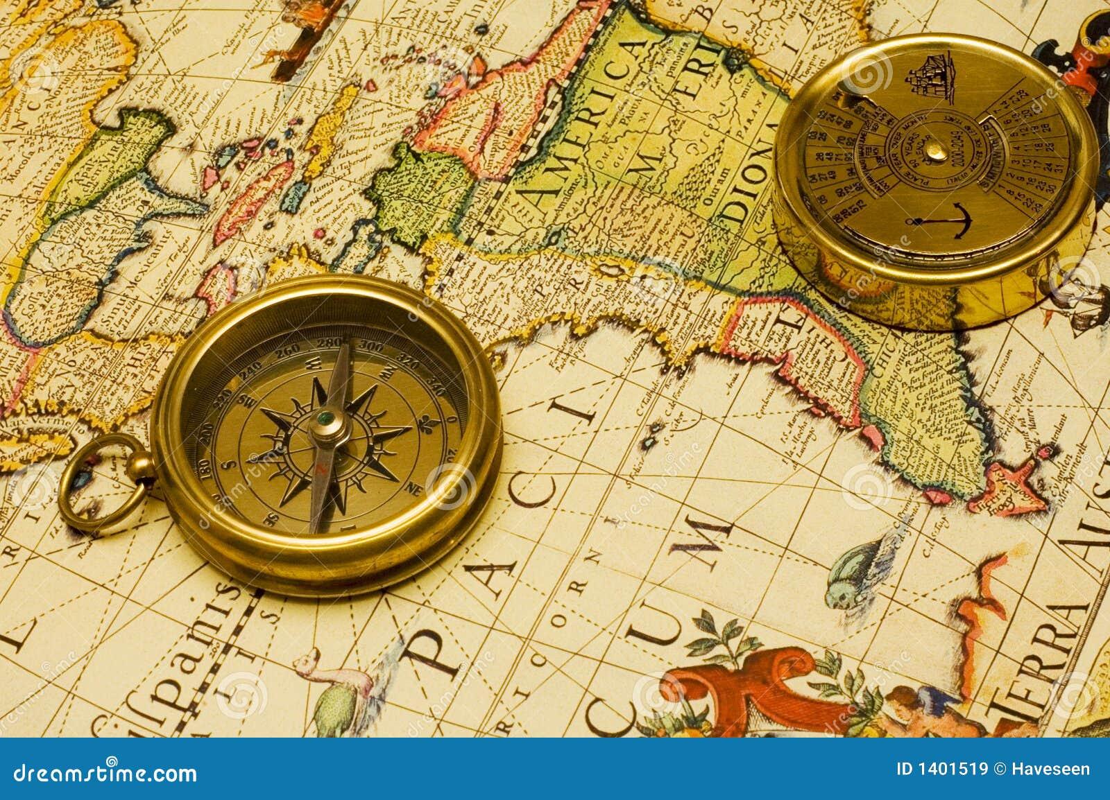 Compas et calendrier d or de vieux type sur une carte