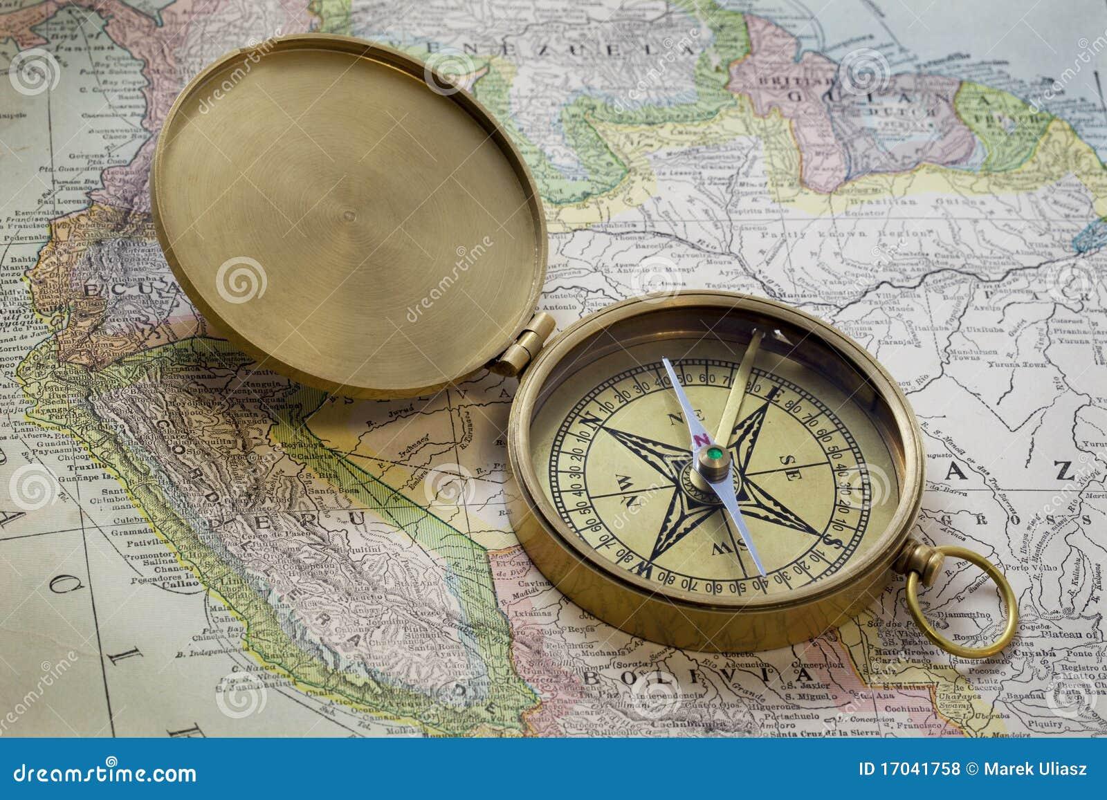 Compas van het messing over de kaart van Zuid-Amerika