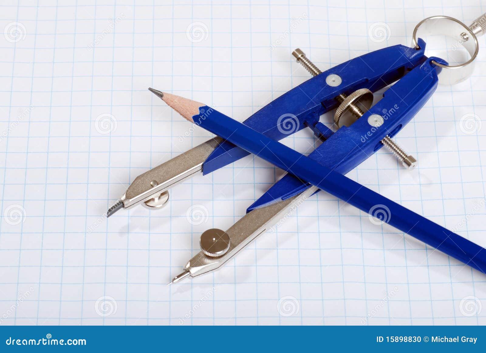 Compasso e lápis no papel de gráfico