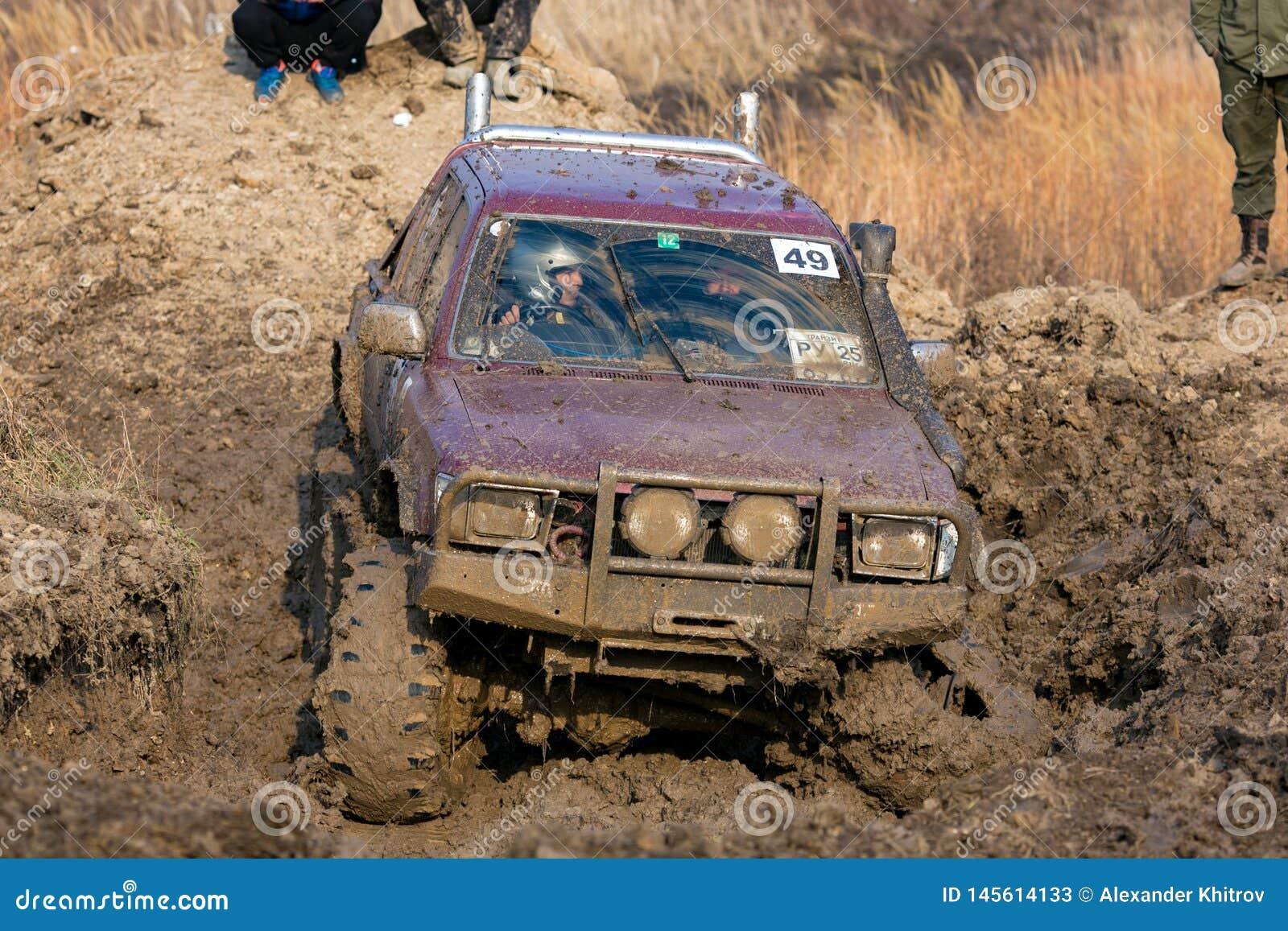 Competencia en un jeep-ensayo entre aficionados y profesionales en la conducci?n a lo largo de salud pobre en los coches 4x4
