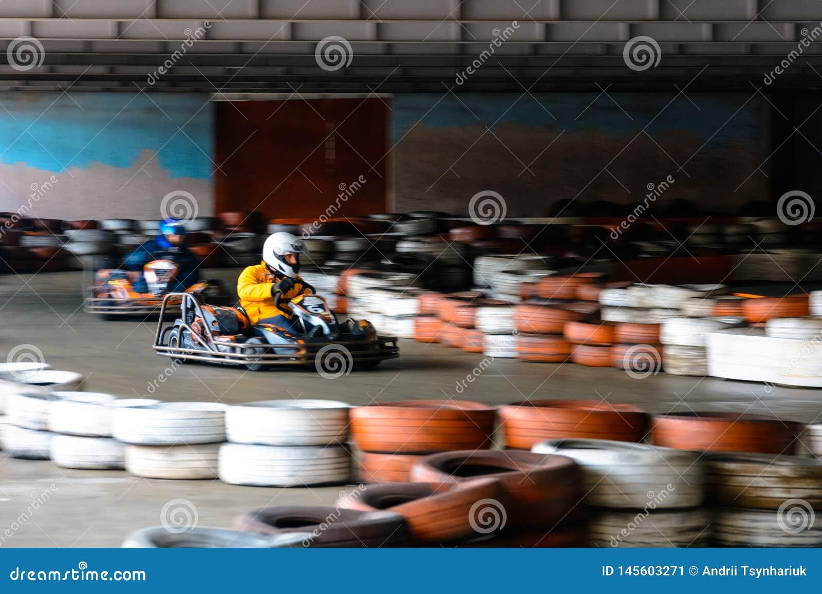 Competi??o karting din?mica na velocidade com movimento obscuro em uma pista de corridas equipada