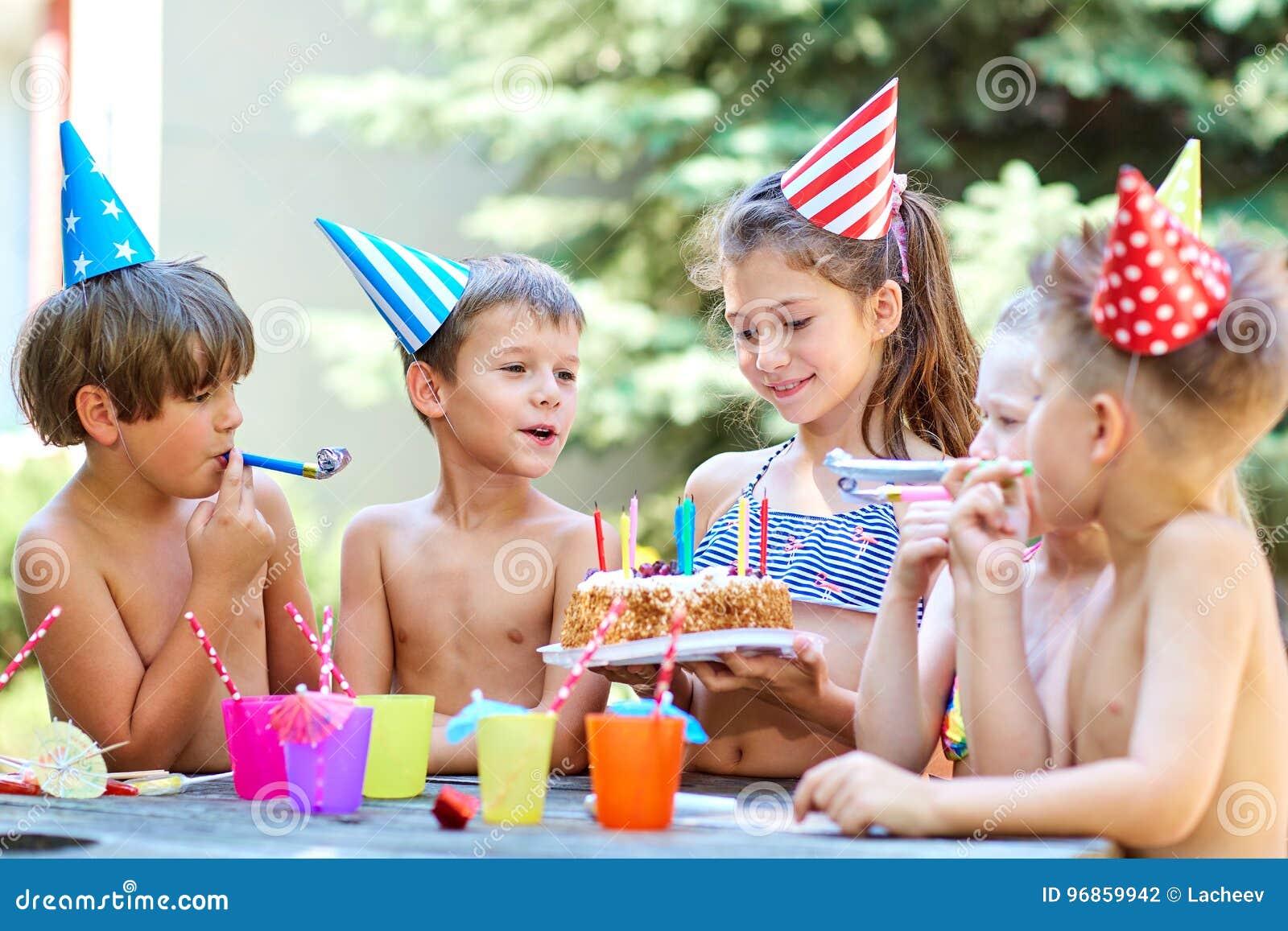 Compleanno con i bambini in cappelli di estate