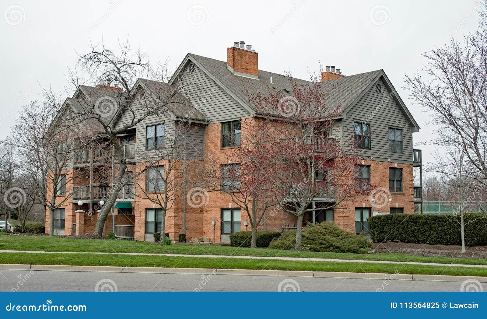 Complejo de apartamentos exclusivo en primavera temprana