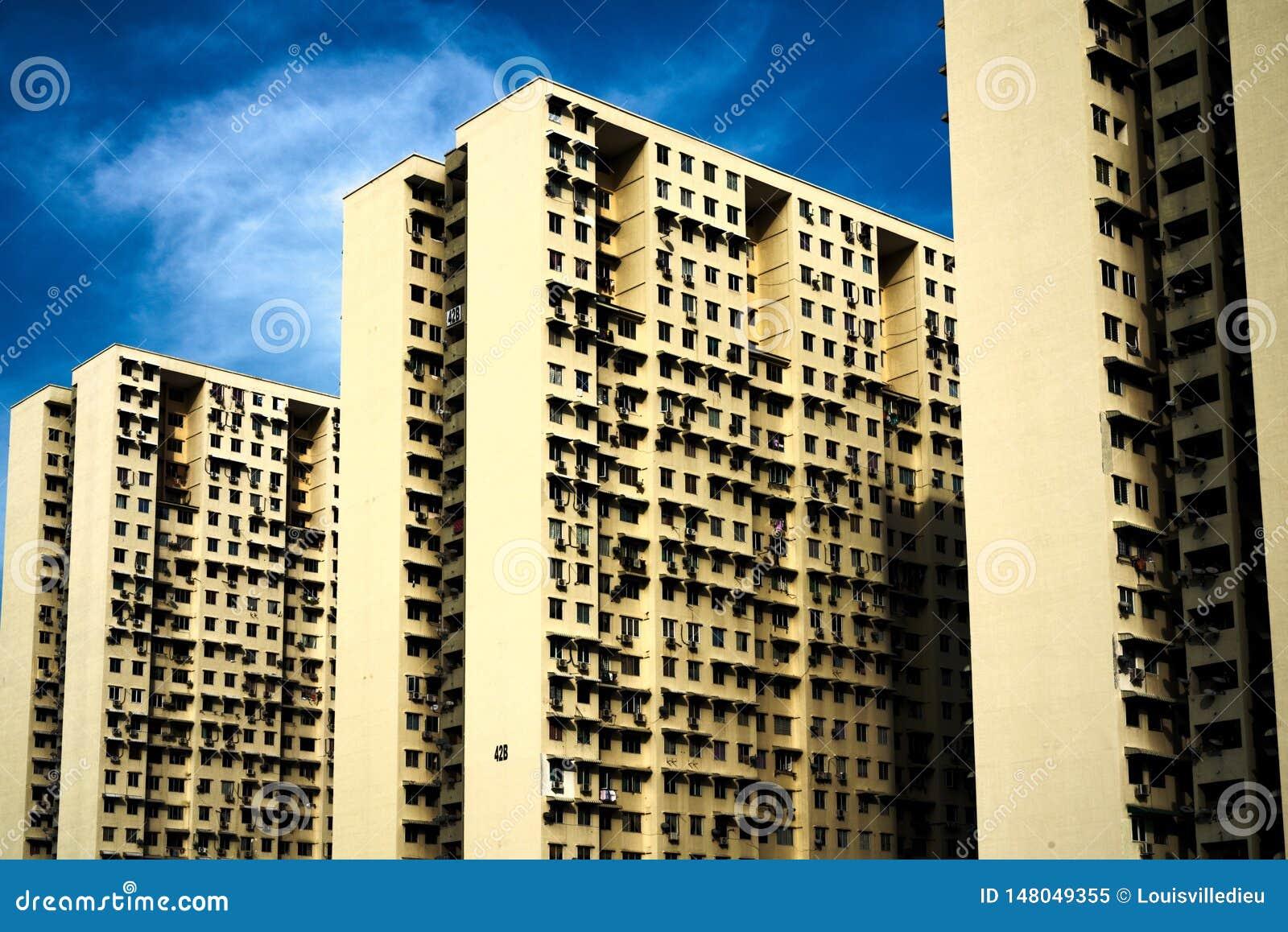 Complejo de viviendas enorme con tres bloques de dos filas cada uno
