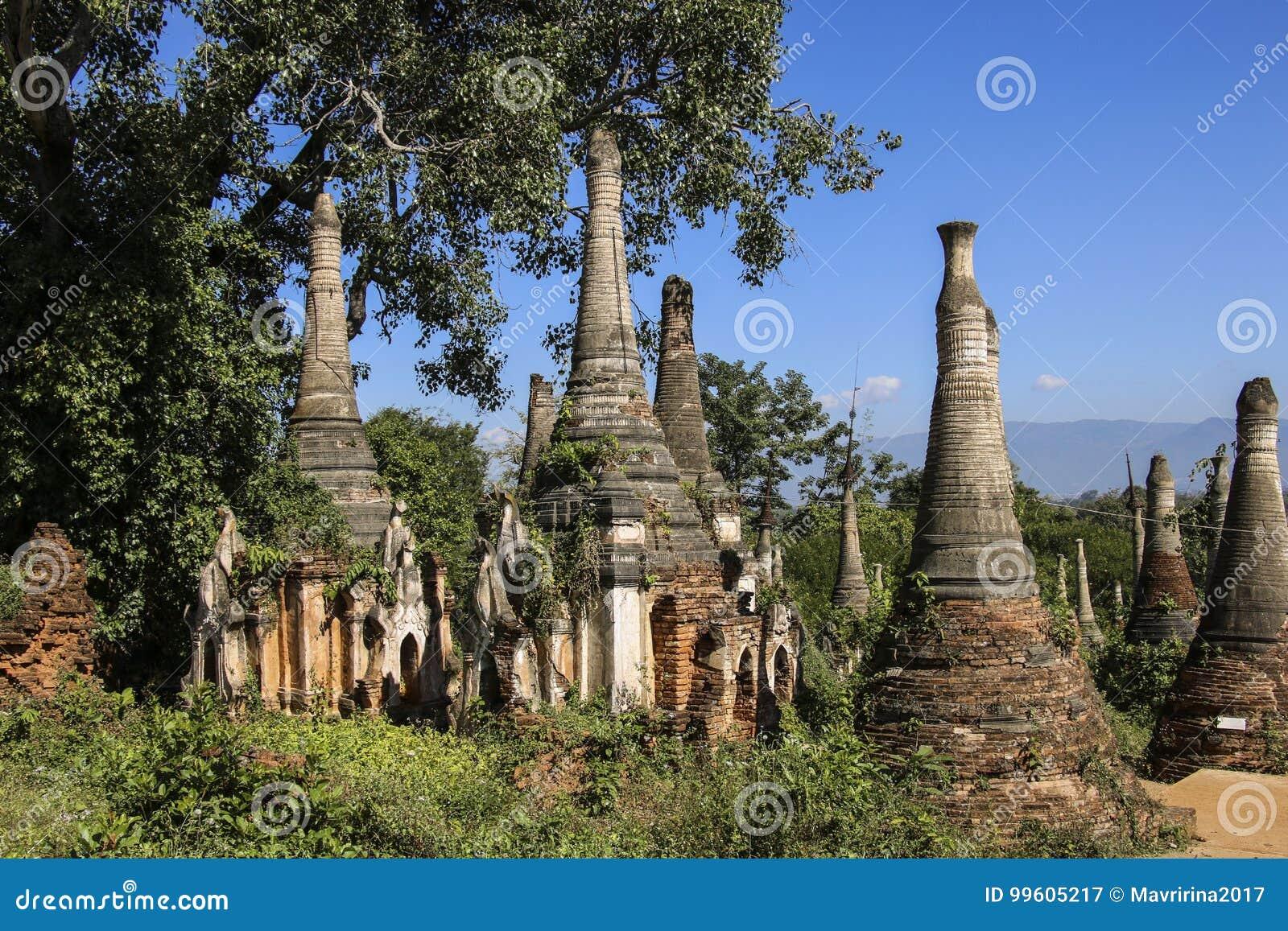 Complexe de Dain Pagoda d auberge de Shwe dans le lac Myanmar Inle de village d Indein