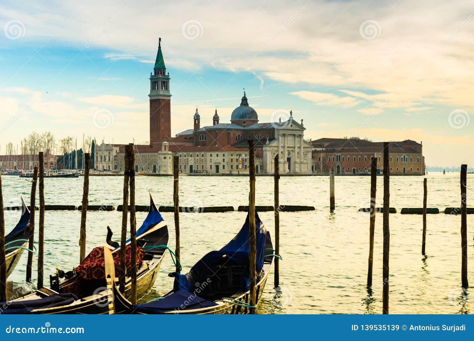 Complexo bonito tradicional da igreja no canal em Veneza, Itália