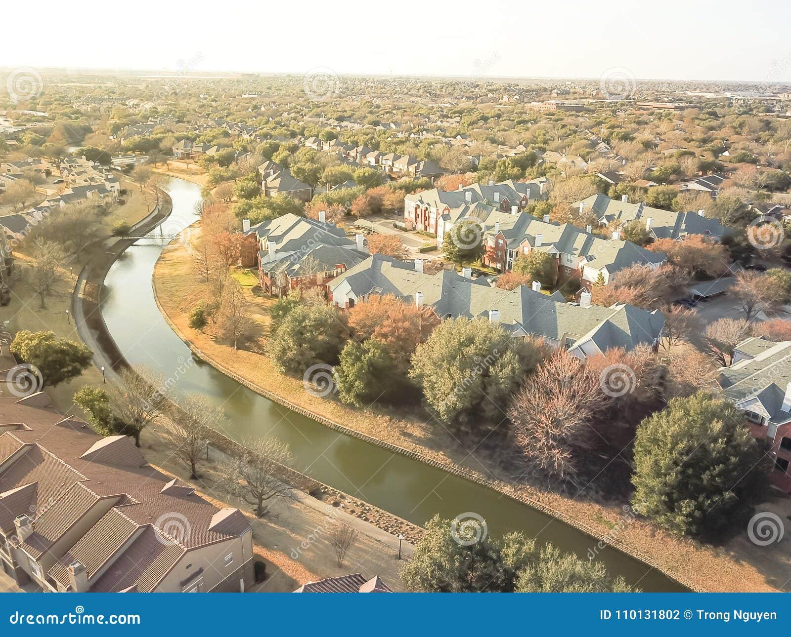 Complexo de apartamentos da vista aérea perto do canal em Irving, Texas, EUA