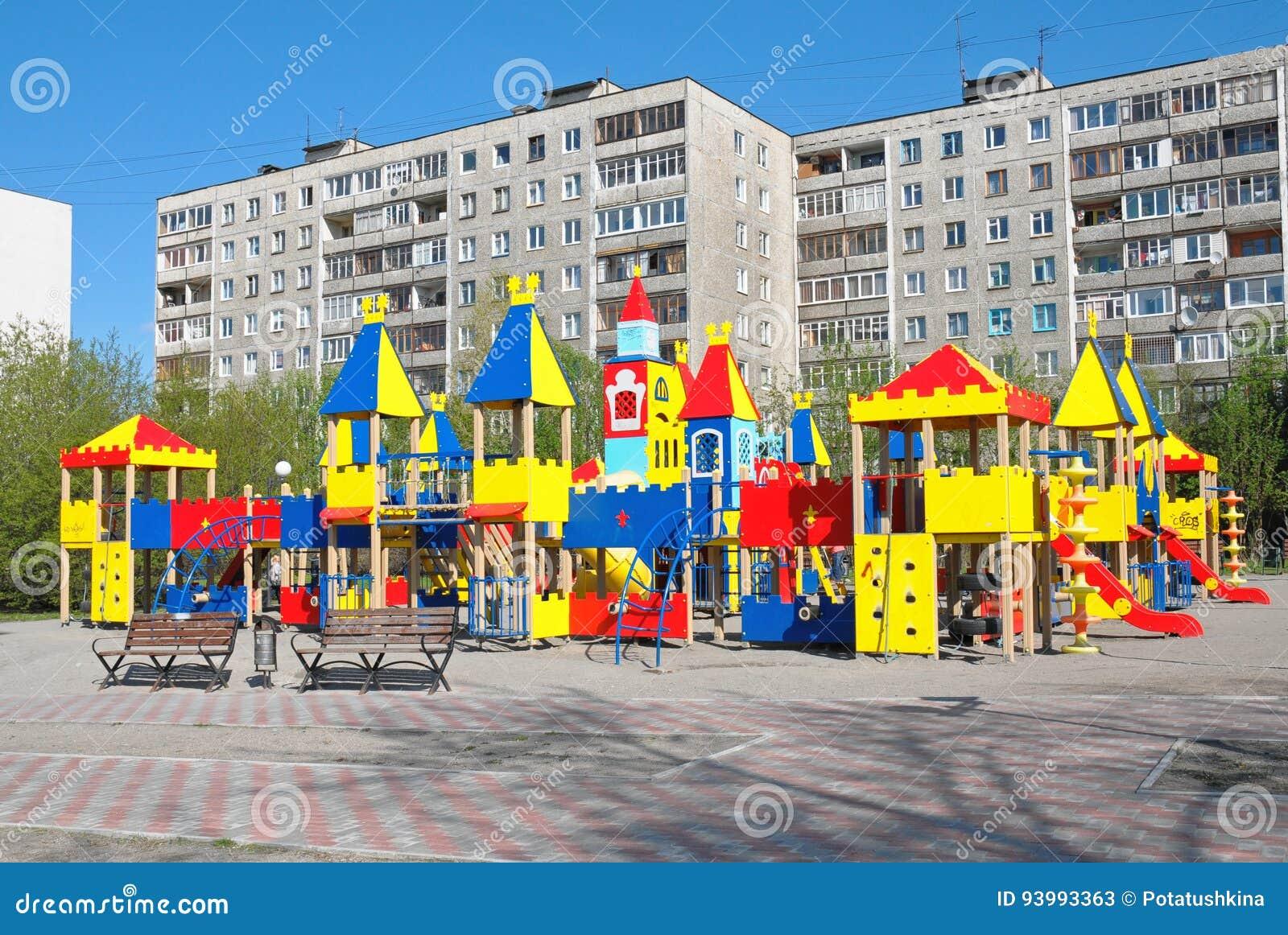 Complexo novo do jogo do ` s das crianças na arquitetura da cidade