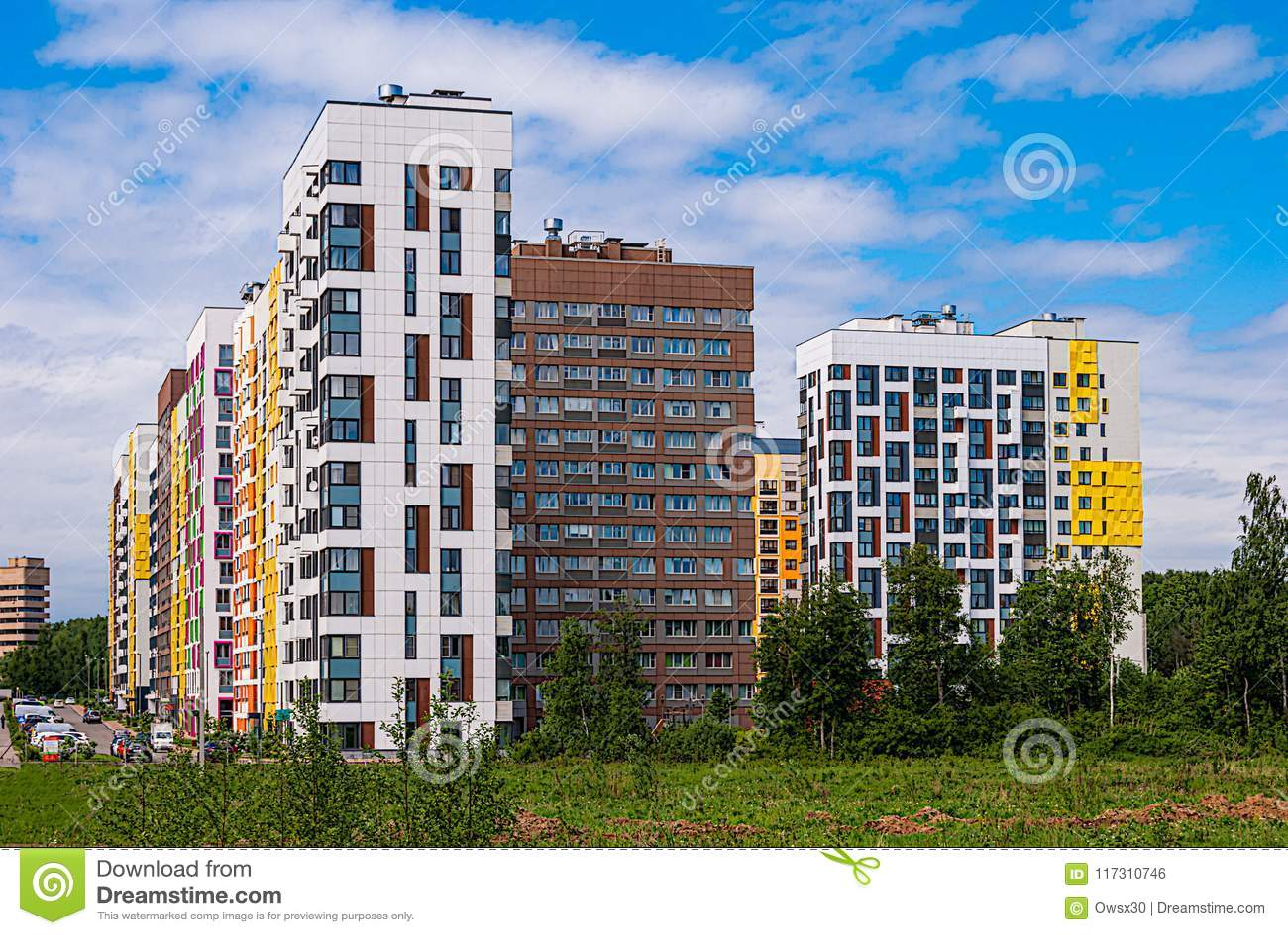 Complexo residencial moderno no fundo do céu azul Abriga a altura variável de 7 a 14 andares, construídos no ano recente
