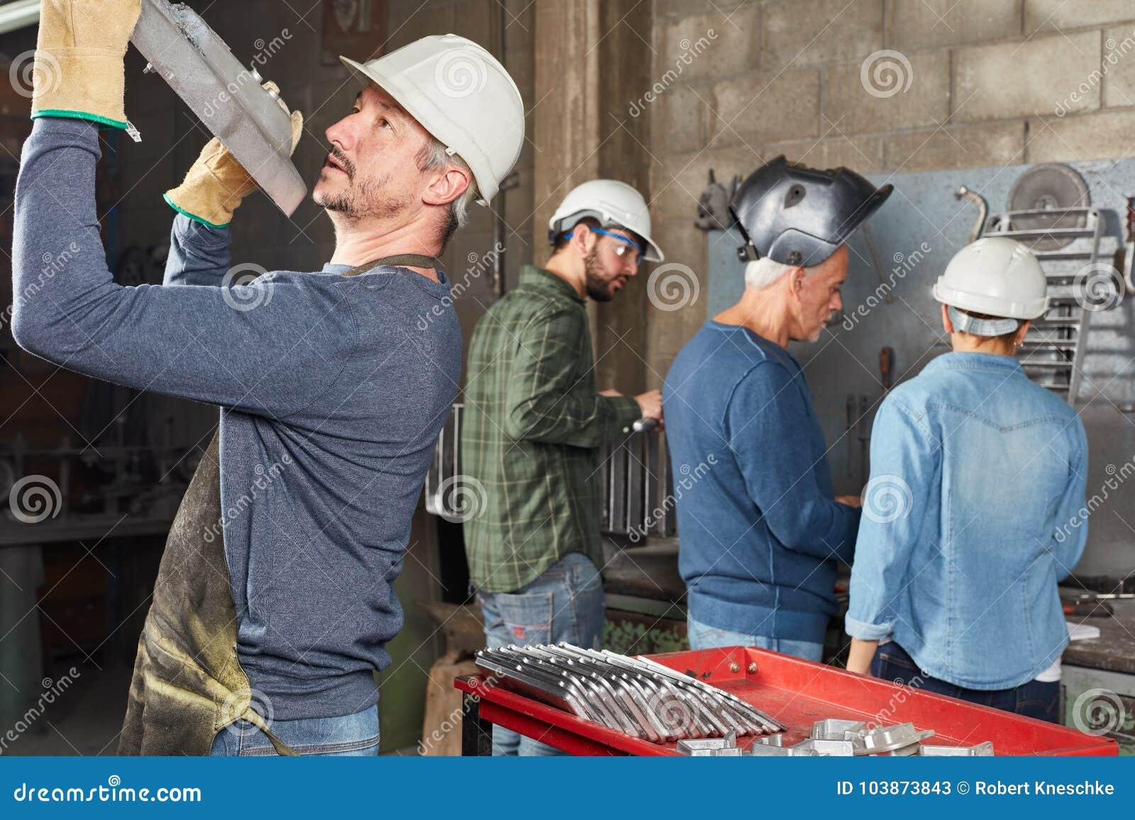 Componente de la metalurgia del trabajador de la industria que controla