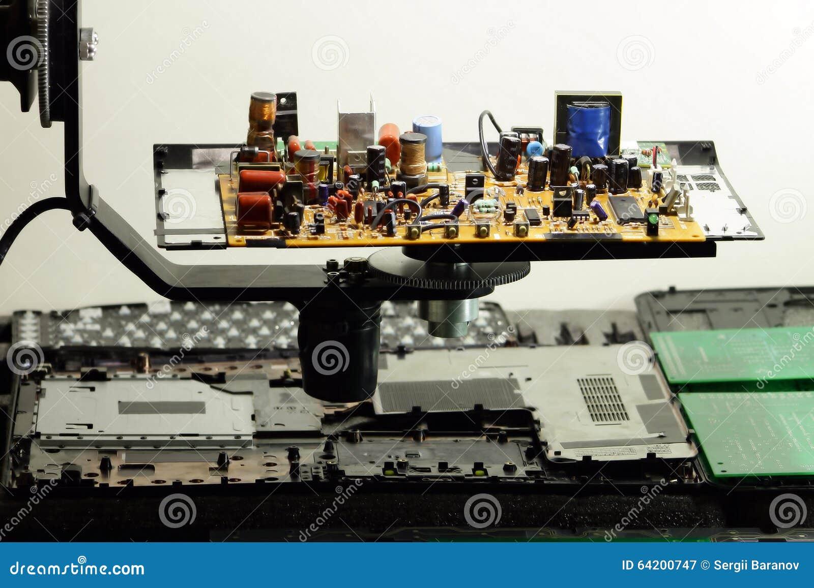 Componentes de radio en tablero electrónico en la fábrica de la electrónica