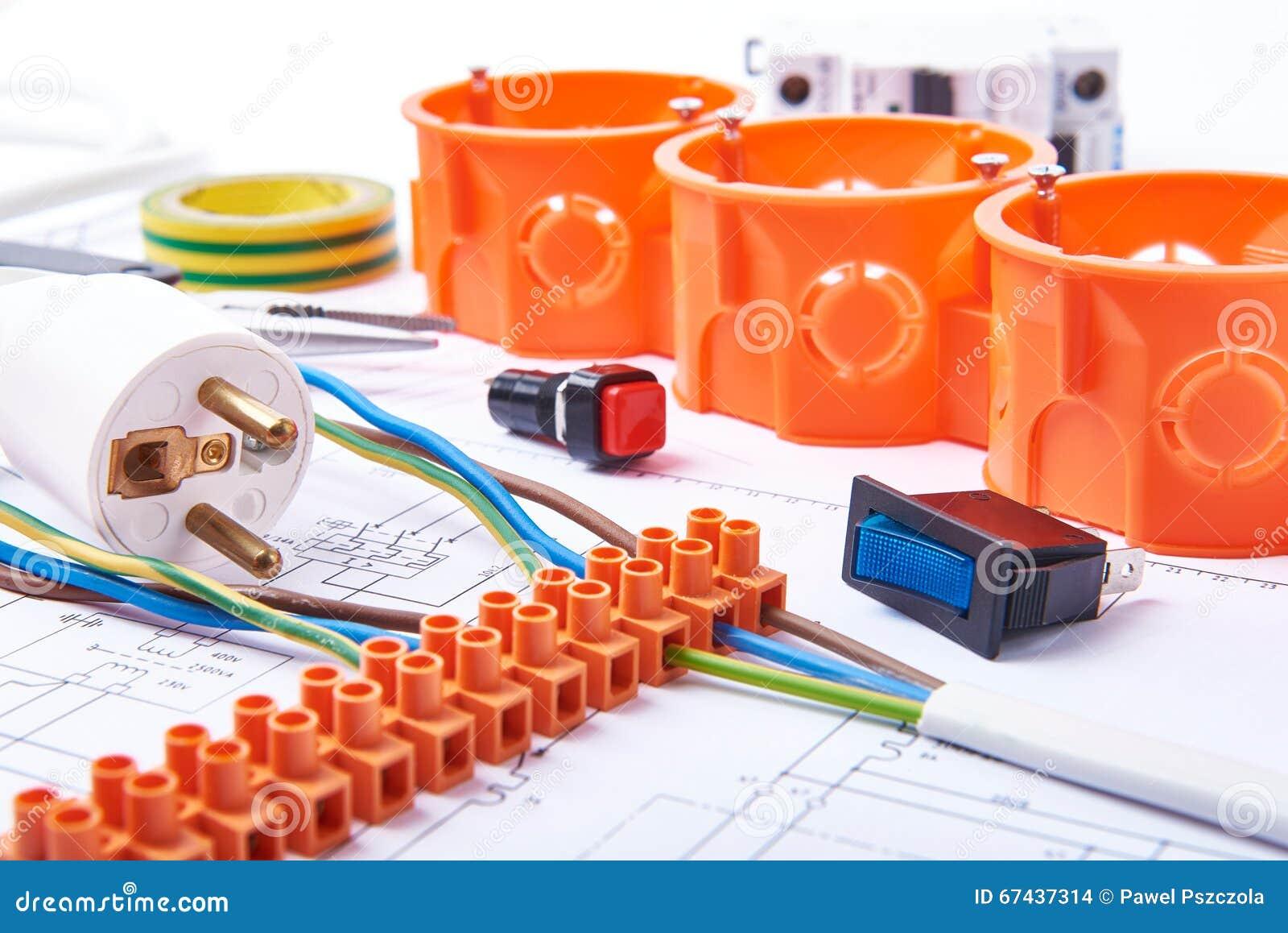 Componentes para o uso nas instalações elétricas Tomada, conectores, caixa de junção, interruptor, fita do isolamento e fios Aces
